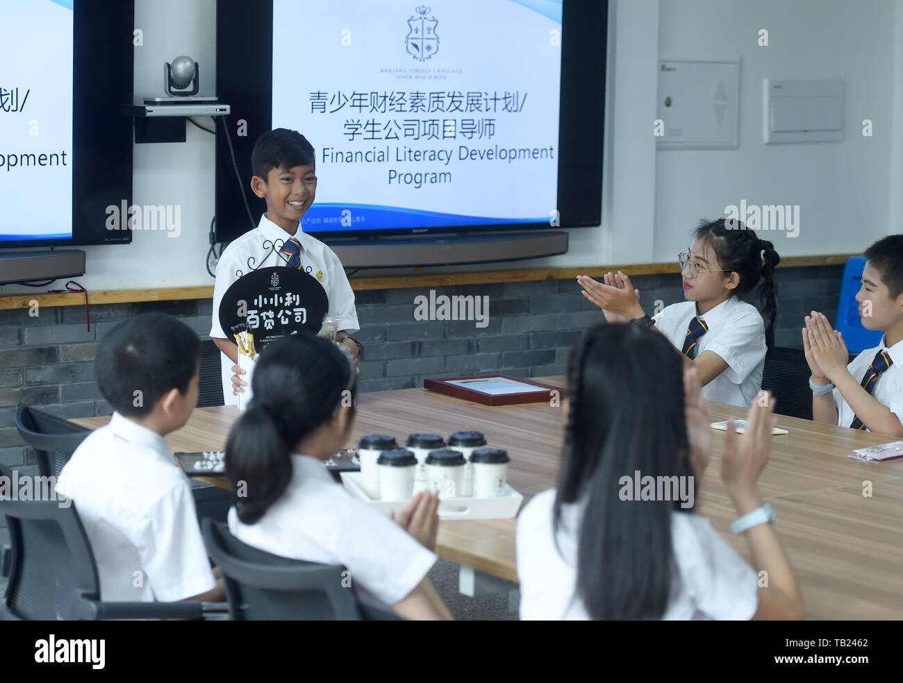 190529 Zhuji May 29 2019 Xinhua Thuch Salik Shares His Commercial Experience With Classmates