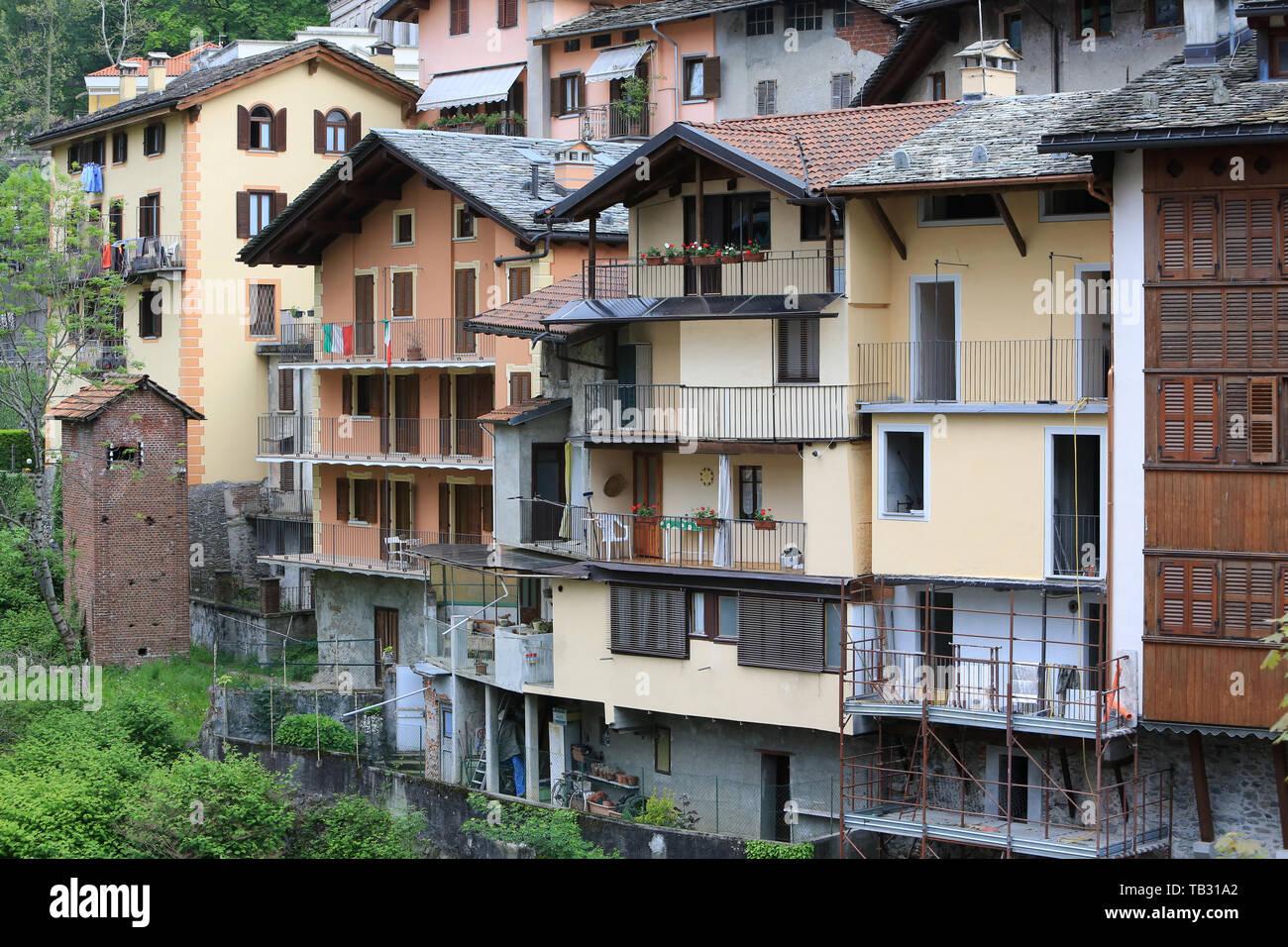Maisons typiques sur la rivière de Mastallone de Varallo Sesia. Italie. Typical houses on the river Mastallone of Varallo Sesia. Italy. Italy. - Stock Image