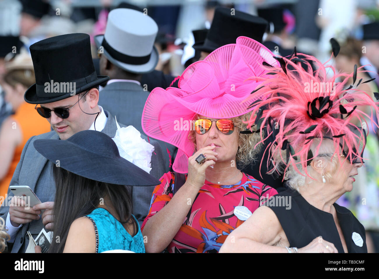 20.06.2018, Ascot, Windsor, UK - Fashion, women with hats and men with top hats at the racecourse. 00S180620D495CAROEX.JPG [MODEL RELEASE: NO, PROPERT - Stock Image