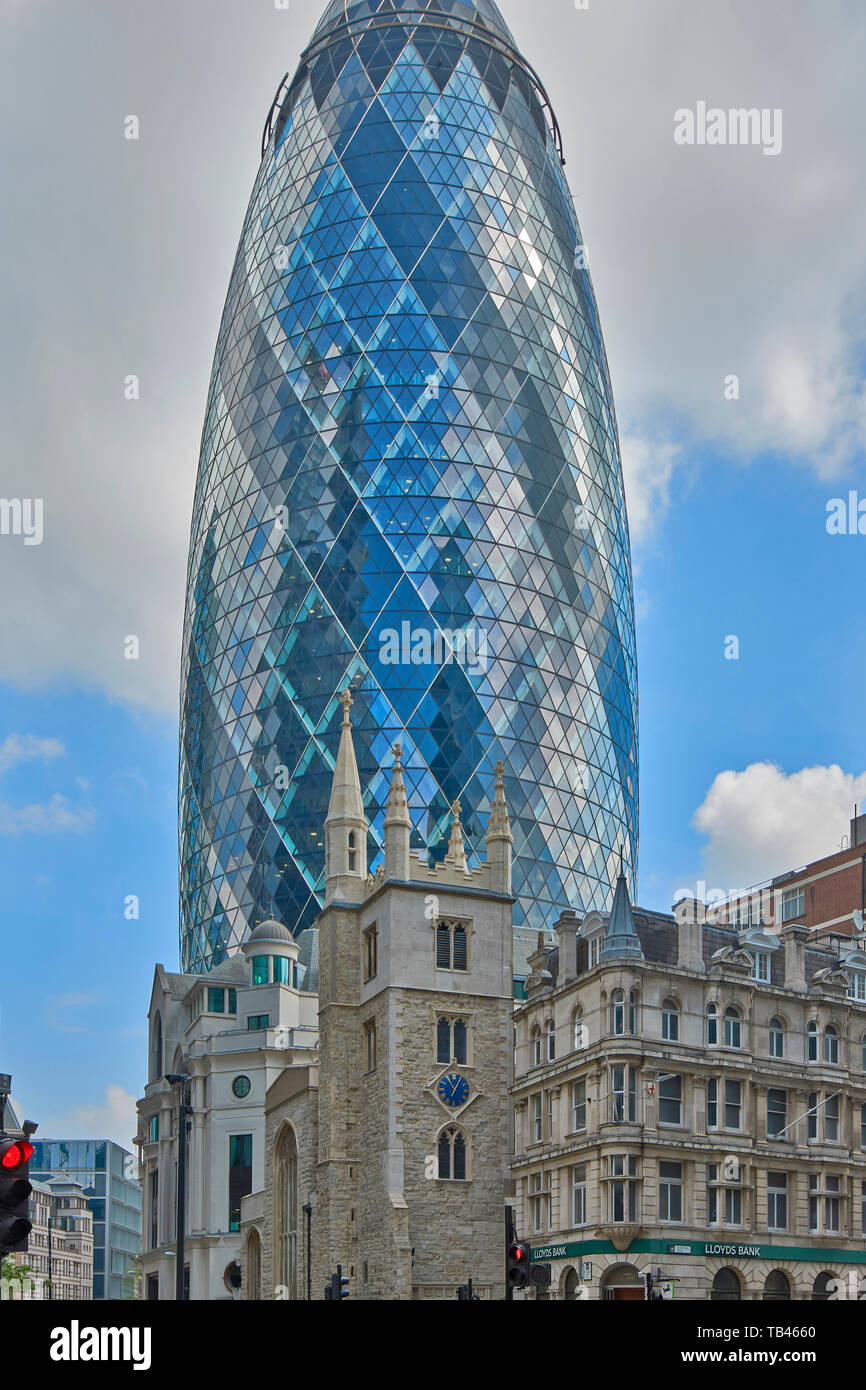 LONDON THE CITY ST MARY AXE THE CHURCH ST ANDREW UNDERSHAFT AND THE GHERKIN SKYSCRAPER Stock Photo