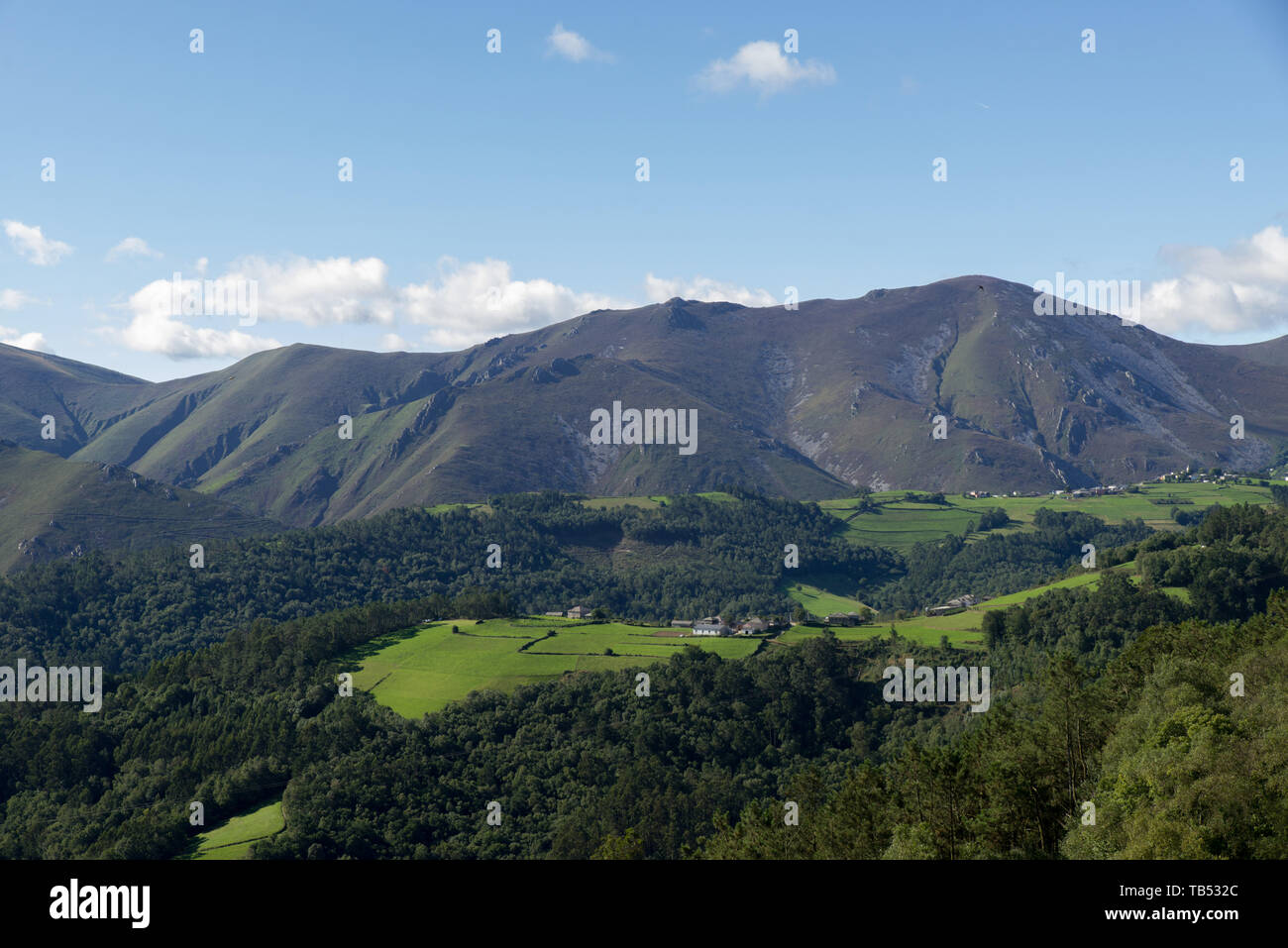 Getrennte Farmen in einer Gebirgslandschaft in Asturien, Spanien. / Isolated farms in a mountainous landscape in Asturias, Spain. - Stock Image