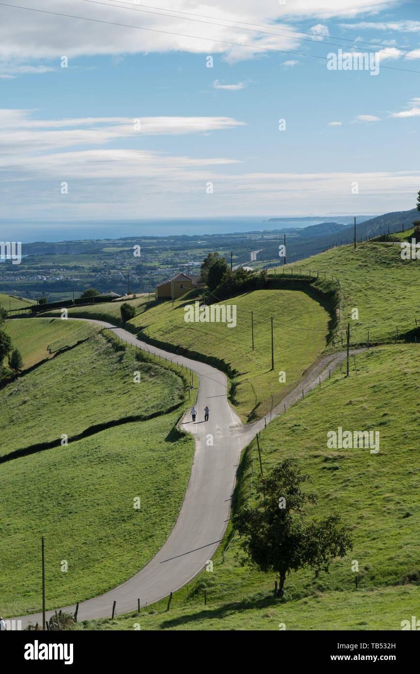 Eine Landstraße in den Bergen oberhalb von Luarca, Asturien, Spanien./ A country road in the mountains above Luarca, Asturias, Spain. - Stock Image