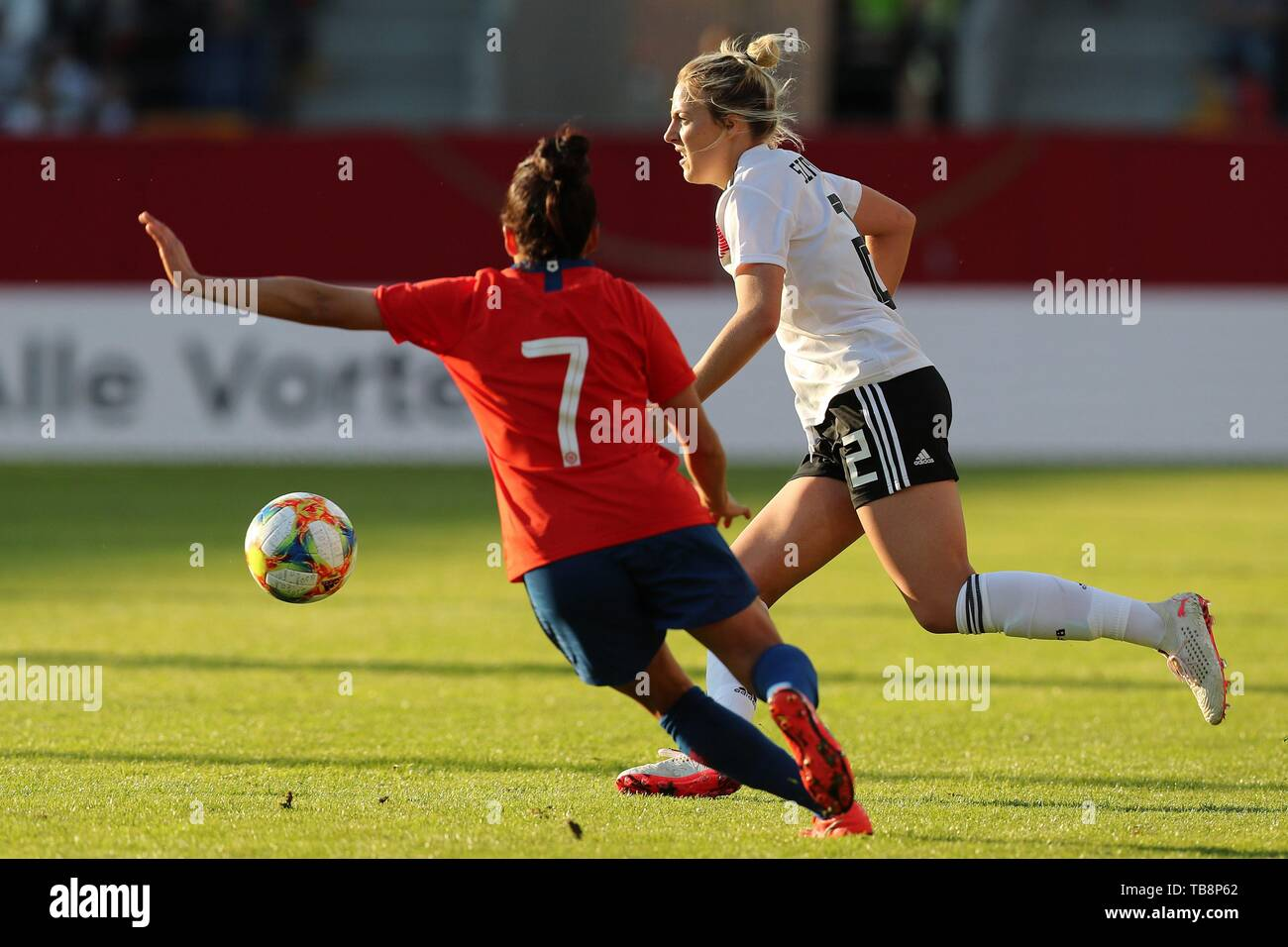 firo: 30.05.2019, Football, Landerspiel, Test match women, Germany - Chile, Carolin Simon, Germany, DFB, GER, full figure, duels, Commerzbank, | usage worldwide Stock Photo