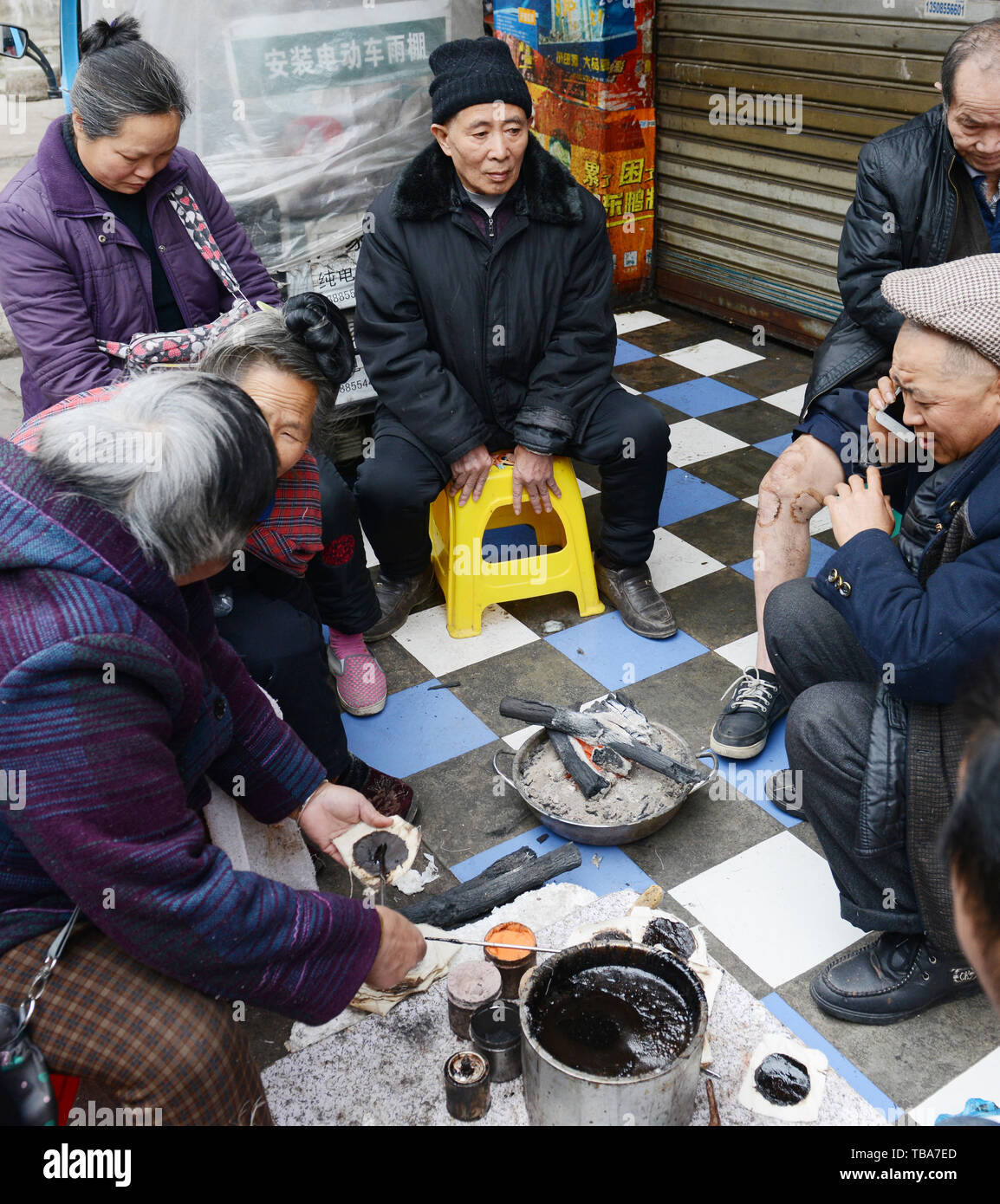 Elderly Chinese sitting together in the streets of Kaili, Guizhou, China. - Stock Image