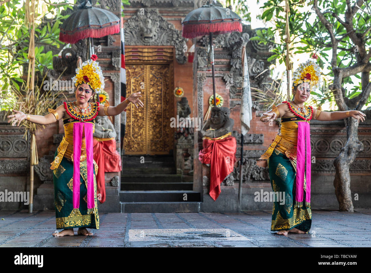 Banjar Gelulung Bali Indonesia February 26 2019 Mas Village Play On Stage Setting Two Women With Head Ornaments And Traditional Dress With Pin Stock Photo Alamy