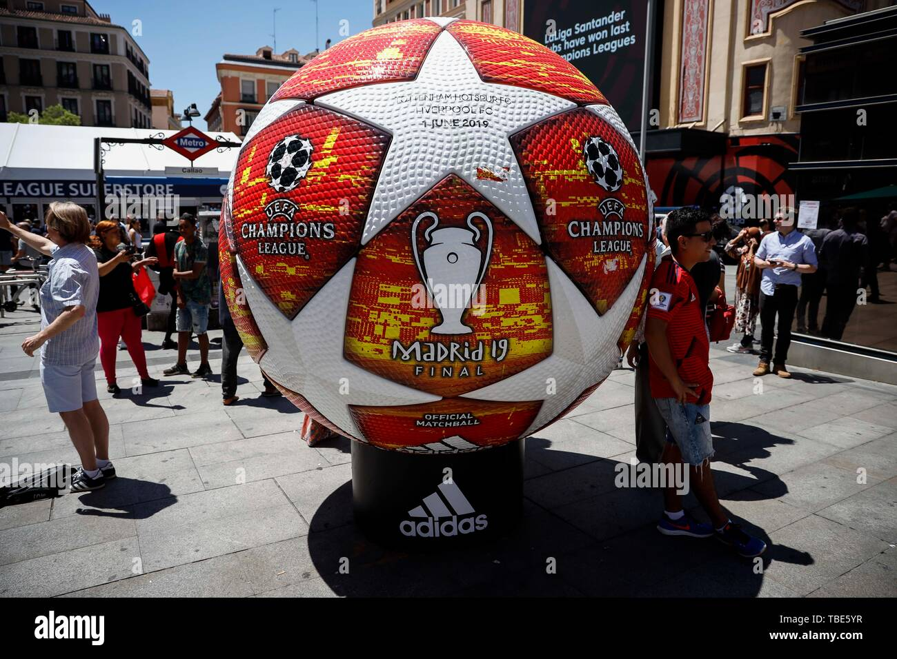 jamón Desde allí Perenne  Madrid, Spain. 01st June, 2019. A giant UEFA Champions League ball at the  fan zone in