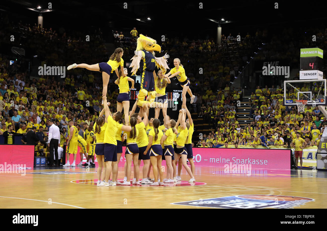 Oldenburg, Germany. 02nd June, 2019. Basketball: Bundesliga, EWE Baskets Oldenburg - ALBA Berlin, championship round, semi-final, 1st matchday. Oldenburg's mascot 'Hubird' and the cheerleaders make a figure. Credit: Friso Gentsch/dpa/Alamy Live News - Stock Image