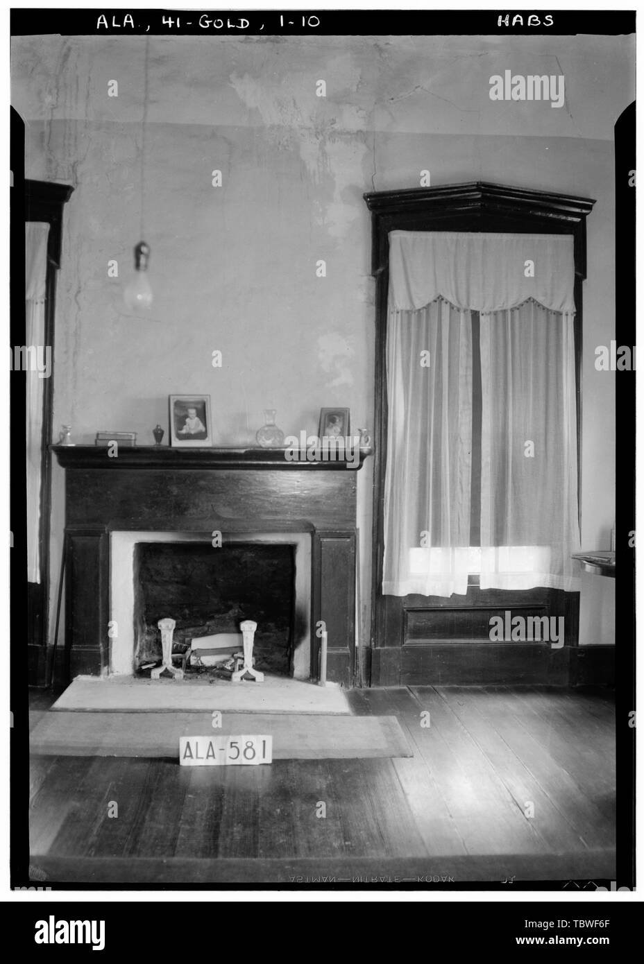 Historic American Buildings Survey W. N. Manning, Photographer, September 10, 1935 MANTEL AND WINDOW TREATMENT IN PARLOR, WEST FRONT ROOM  James Ellington House, Oak Bowery Road vicinity, Gold Hill, Lee County, AL - Stock Image