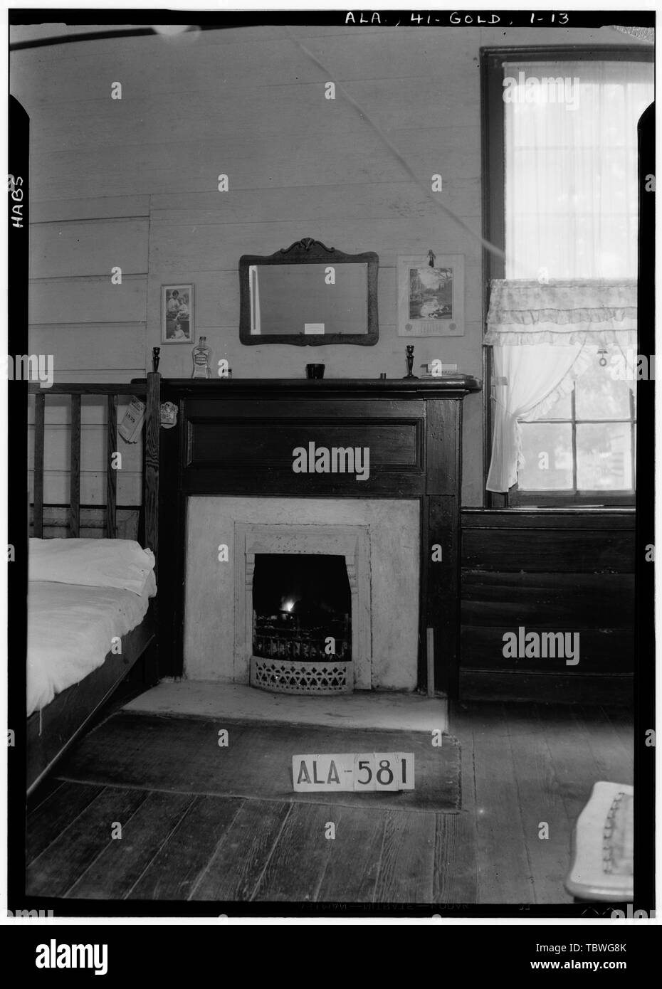 Historic American Buildings Survey W. N. Manning, Photographer, September 10, 1935 MANTEL IN SOUTH WEST BED ROOM  James Ellington House, Oak Bowery Road vicinity, Gold Hill, Lee County, AL - Stock Image