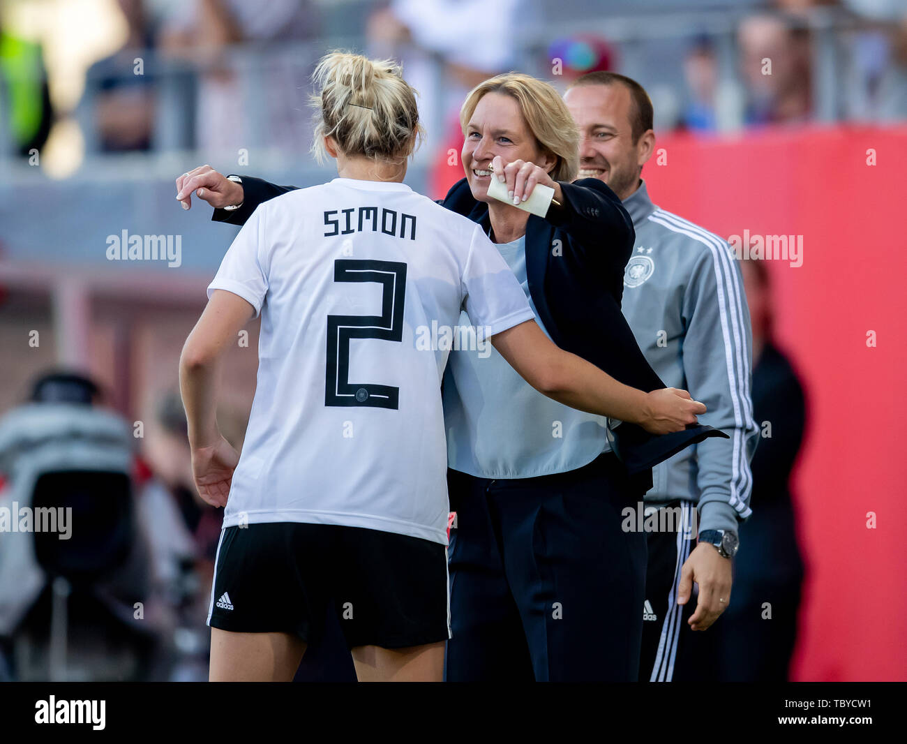 May 30, 2019: Regensburg, Continental Arena: Football Laender match Women: Germany - Chile: Germanys Bundescoachin Martina Voss Tecklenburg cheers with Carolin Simon over the results to 2: 0. Photo: Thomas Eisenhuth | usage worldwide - Stock Image