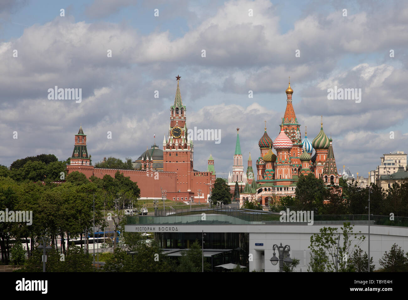 (190604) -- MOSCOW, June 4, 2019 (Xinhua) -- Photo taken on June 3, 2019 shows the Kremlin Palace (L) and the Saint Basil's Cathedral in Moscow, capital of Russia. Chinese President Xi Jinping will pay a state visit to Russia from June 5 to 7 at the invitation of Russian President Vladimir Putin, a Chinese Foreign Ministry spokesperson announced on Wednesday at a press briefing.     Xi will also attend the 23rd St. Petersburg International Economic Forum during his stay, according to spokesperson Lu Kang. (Xinhua/Bai Xueqi) - Stock Image