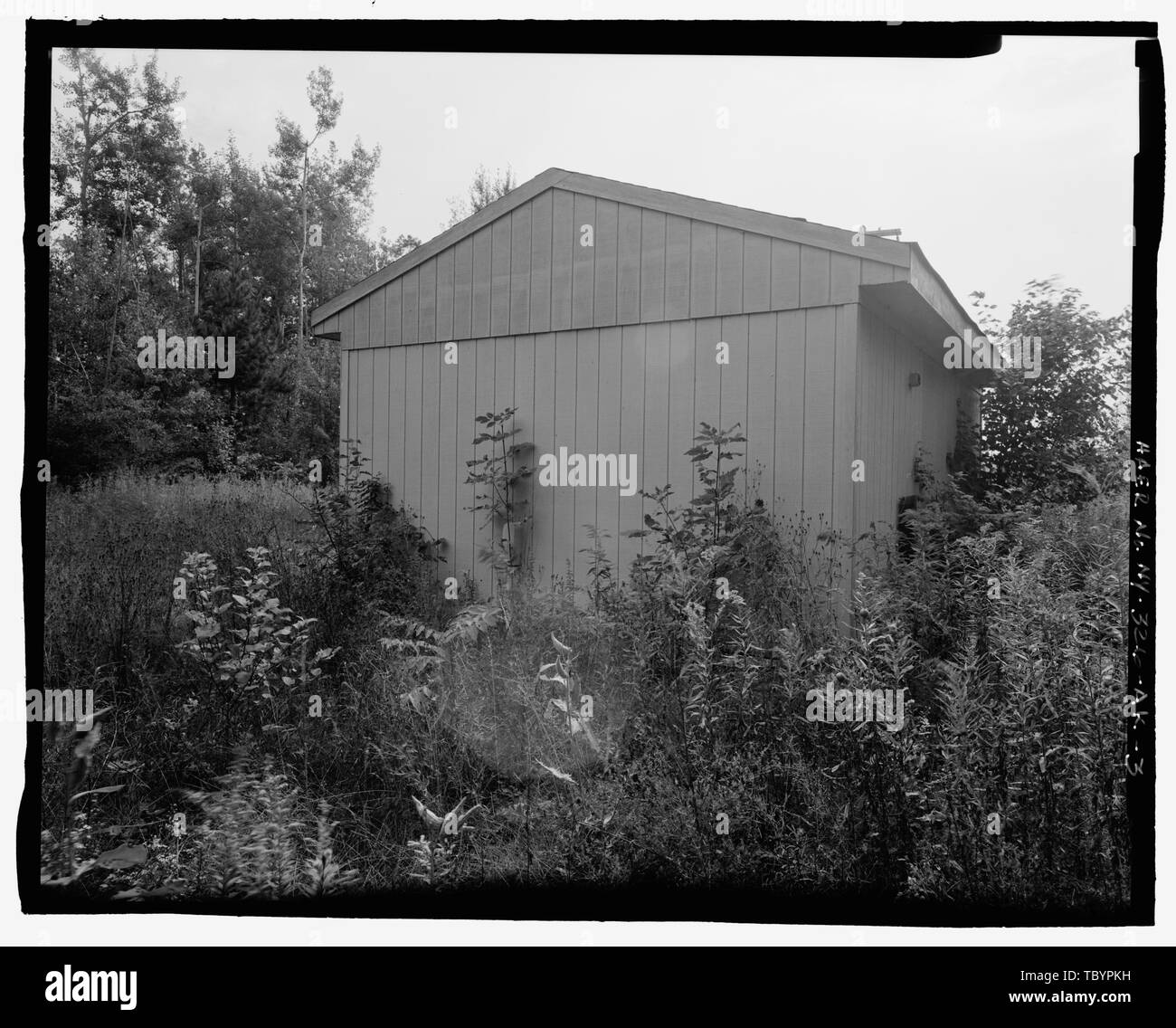 NORTH (SIDE) AND WEST (REAR) ELEVATIONS OF BUILDING. VIEW TO SOUTHEAST.  Plattsburgh Air Force Base, Instrument Landing System (ILS) Middle Marker, Off Perimeter Road at North end of Runway, Plattsburgh, Clinton County, NY - Stock Image