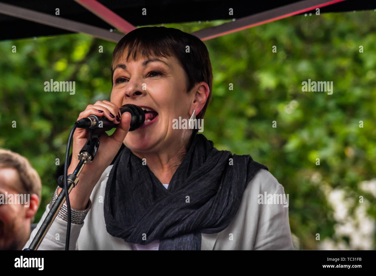 London, UK. 4th June 2019. Green Party MP Caroline Lucas speaking at the Whitehall rally to send a clear message that President Trump is not welcome here because of his climate denial, racism, Islamophobia, misogyny and bigotry. His policies of hate and division have energised the far right around the world. 4th June, 2019. Peter Marshall IMAGESLIVE Credit: Peter Marshall/IMAGESLIVE/ZUMA Wire/Alamy Live News Stock Photo