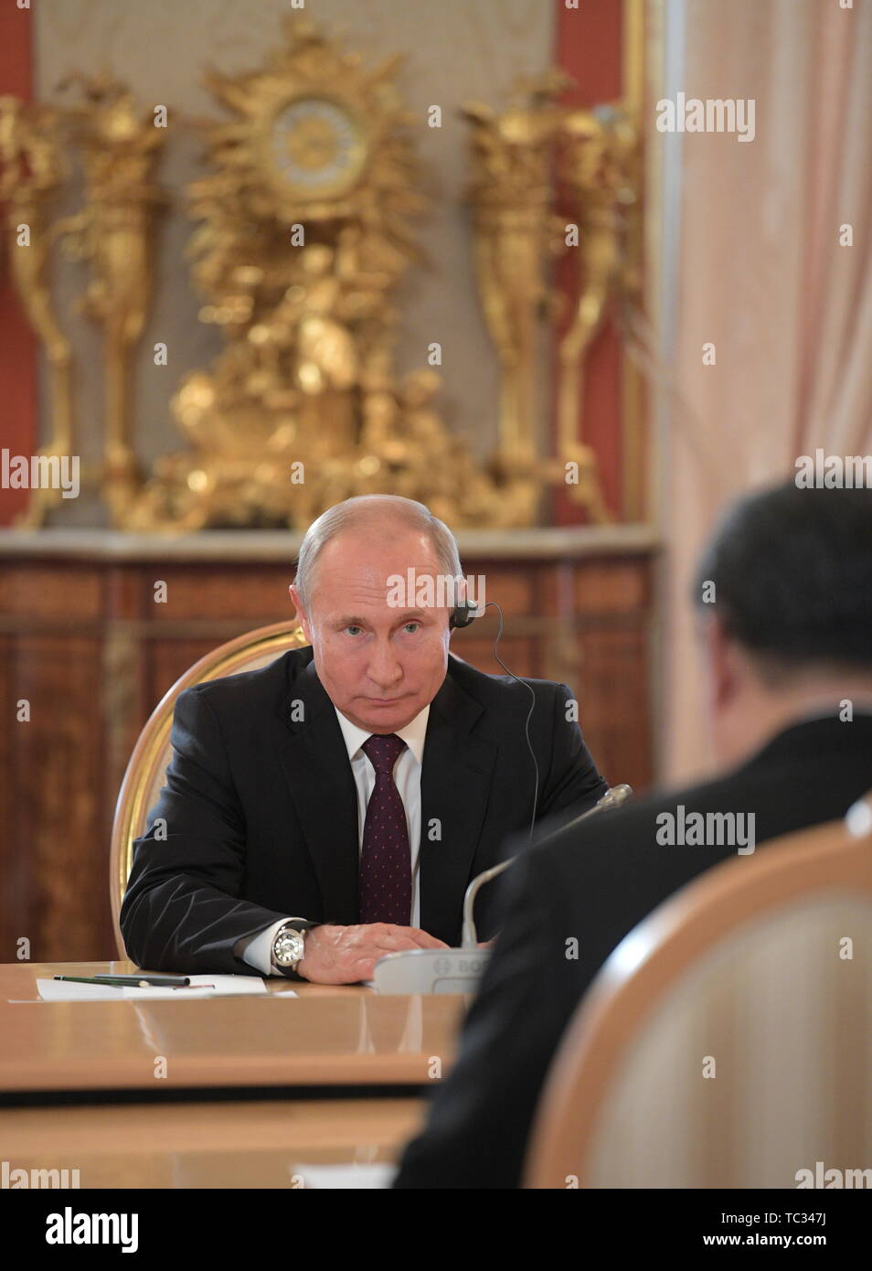 Moscow, Russia. 05th June, 2019. MOSCOW, RUSSIA - JUNE 5, 2019: Russia's President Vladimir Putin (back) and China's President Xi Jinping at Russian-Chinese talks in the Moscow Kremlin; the Chinese leader is on a three-day state visit to Russia. Alexei Druzhinin/Russian Presidential Press and Information Office/TASS Credit: ITAR-TASS News Agency/Alamy Live News - Stock Image