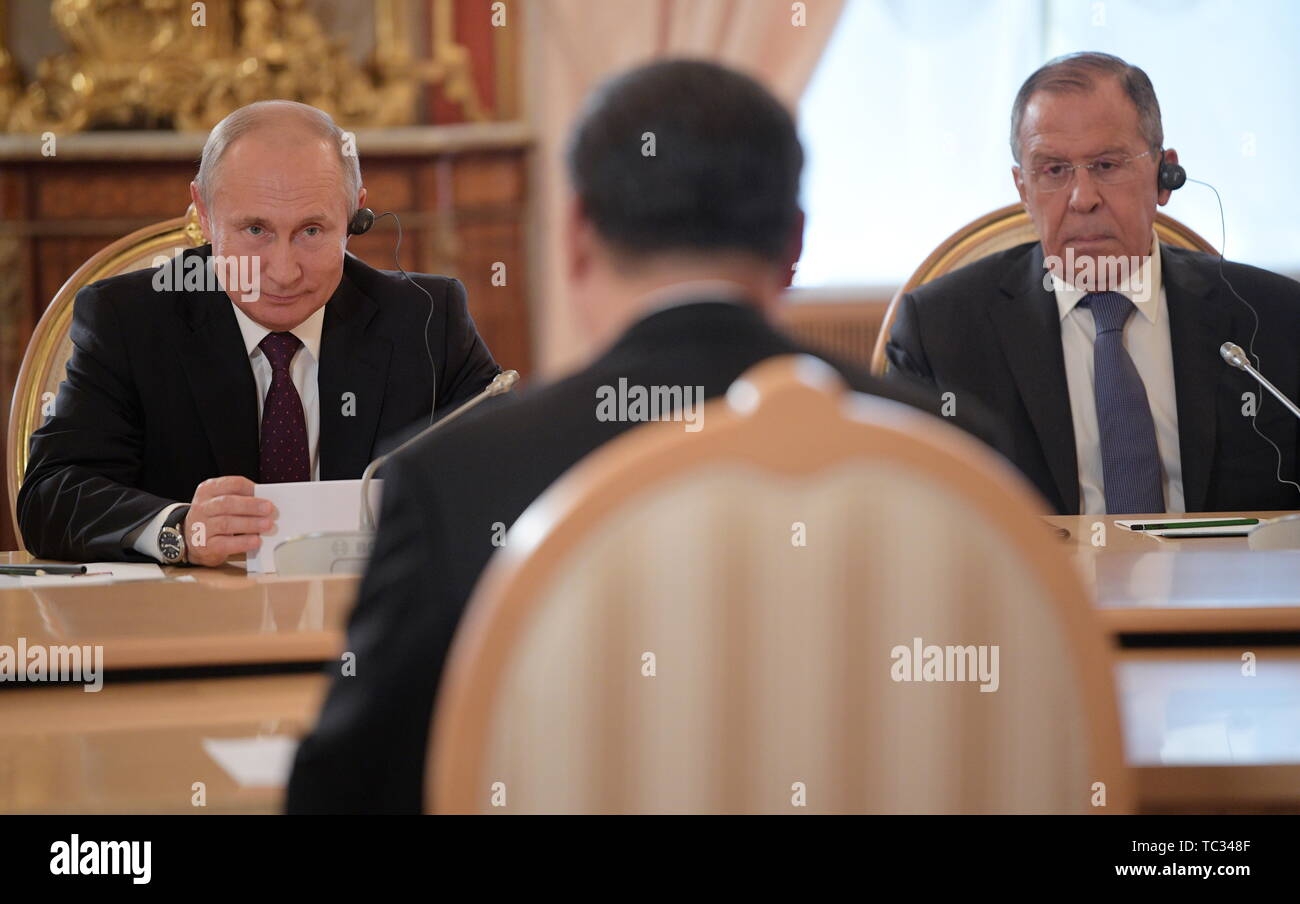 Moscow, Russia. 05th June, 2019. MOSCOW, RUSSIA - JUNE 5, 2019: Russia's President Vladimir Putin (L back), Russia's Minister of Foreign Affairs Sergei Lavrov (R back), and China's President Xi Jinping at Russian-Chinese talks in the Moscow Kremlin; the Chinese leader is on a three-day state visit to Russia. Alexei Druzhinin/Russian Presidential Press and Information Office/TASS Credit: ITAR-TASS News Agency/Alamy Live News - Stock Image