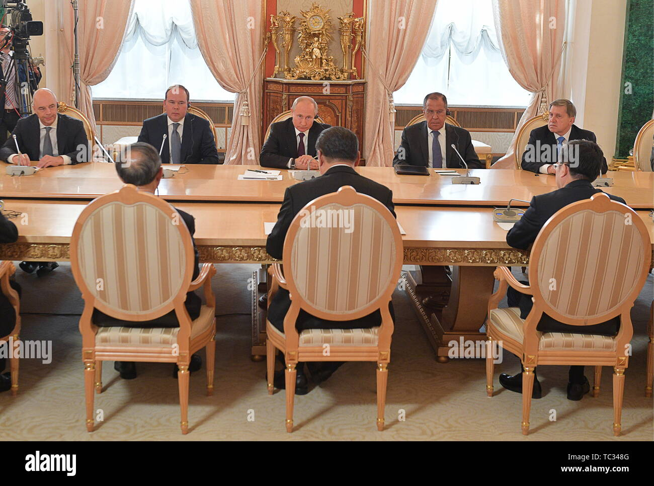 Moscow, Russia. 05th June, 2019. MOSCOW, RUSSIA - JUNE 5, 2019: Russia's Finance Minister Anton Siluanov, the Chief of Staff of the Presidential Executive Office Anton Vaino, Russia's President Vladimir Putin, Russia's Minister of Foreign Affairs Sergei Lavrov, and Adviser to the President of Russia Yuri Ushakov (L-R back), and China's President Xi Jinping (C front) at Russian-Chinese talks in the Moscow Kremlin; the Chinese leader is on a three-day state visit to Russia. Alexei Druzhinin/Russian Presidential Press and Information Office/TASS Credit: ITAR-TASS News Agency/Alamy Live News - Stock Image