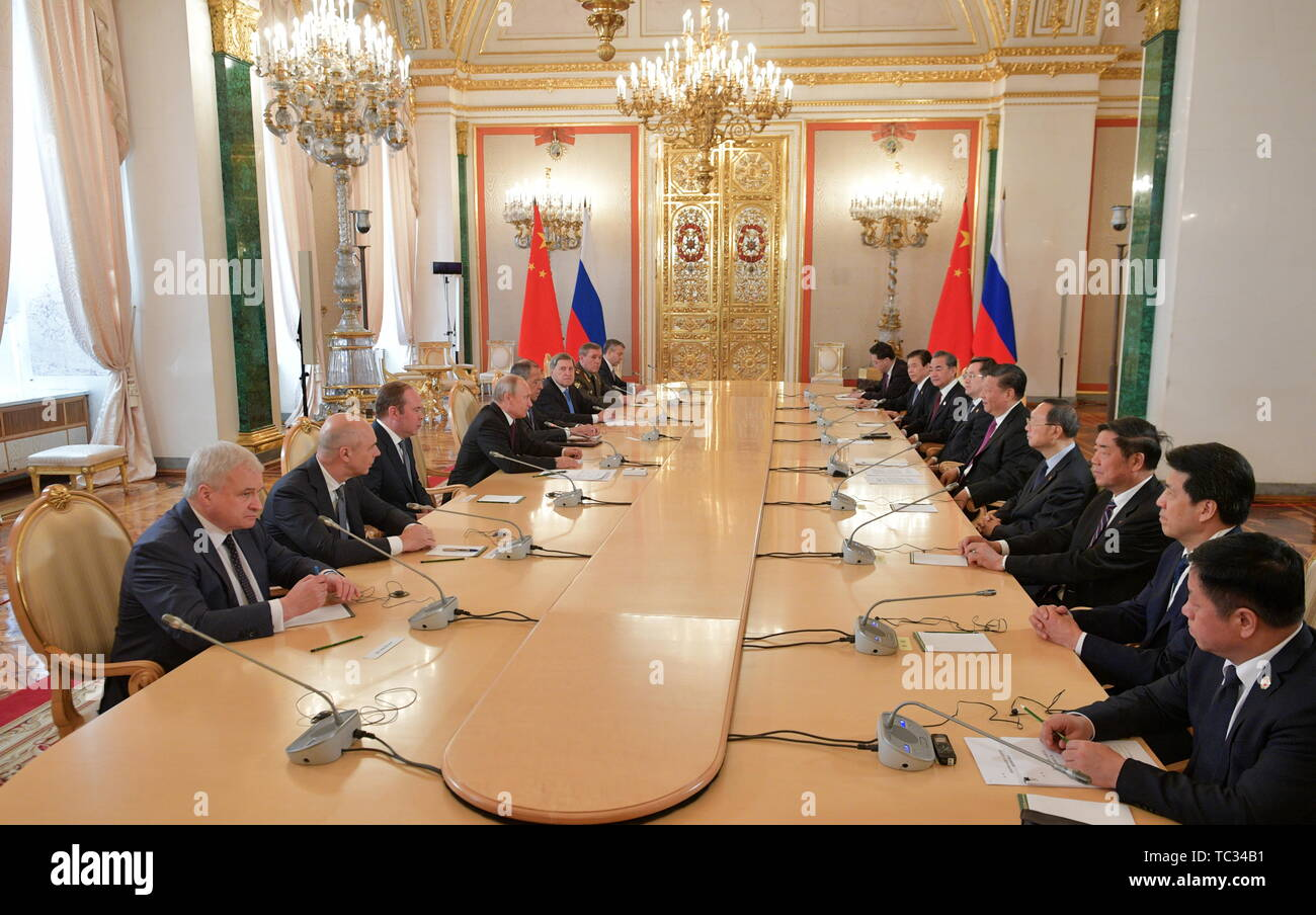 Moscow, Russia. 05th June, 2019. MOSCOW, RUSSIA - JUNE 5, 2019: Russia's Finance Minister Anton Siluanov (2nd l), the Chief of Staff of the Presidential Executive Office Anton Vaino (3rd L), Russia's President Vladimir Putin (4th L), and China's President Xi Jinping (5th R) at Russian-Chinese talks in the Moscow Kremlin; the Chinese leader is on a three-day state visit to Russia. Alexei Druzhinin/Russian Presidential Press and Information Office/TASS Credit: ITAR-TASS News Agency/Alamy Live News - Stock Image