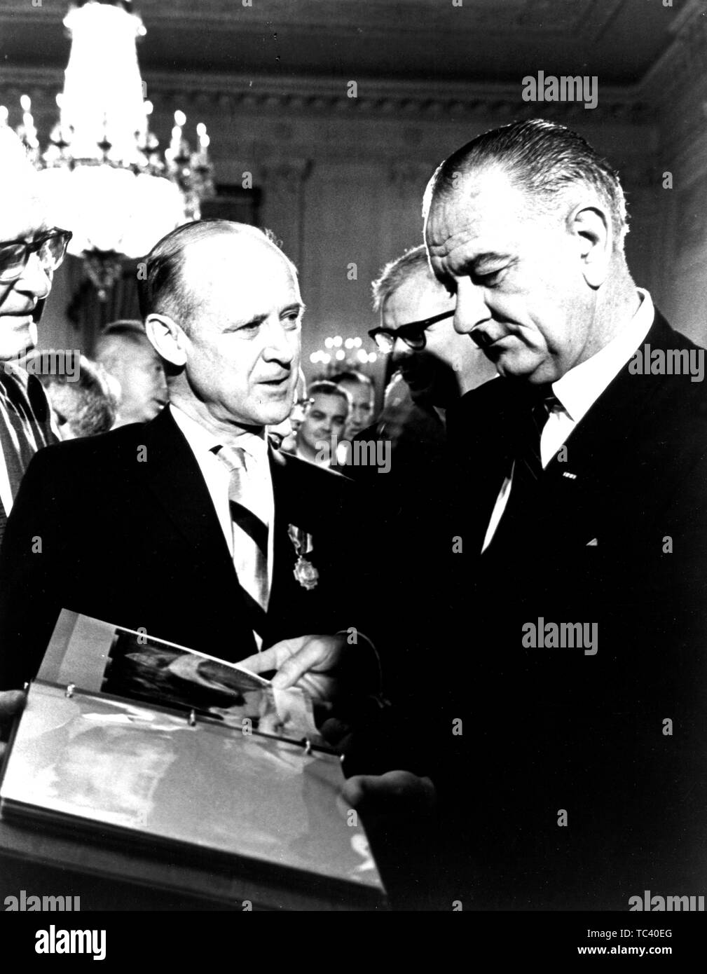 Director of the Jet Propulsion Laboratory Dr William H. Pickering presenting Mariner spacecraft photos to President Lyndon Baines Johnson, July 29, 1965. Image courtesy National Aeronautics and Space Administration (NASA). () - Stock Image