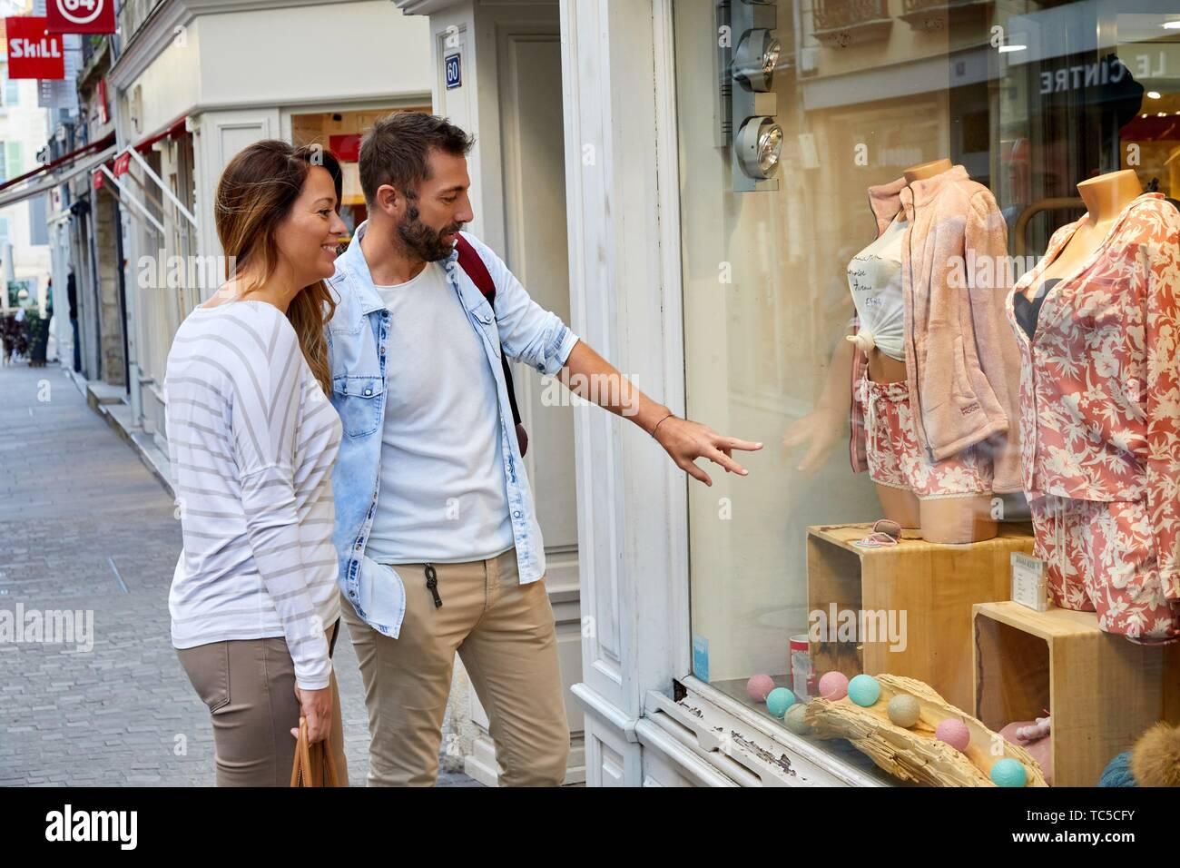 Shopping tourists, Bayonne, Aquitaine, Pyrenees Atlantiques, France, Europe - Stock Image