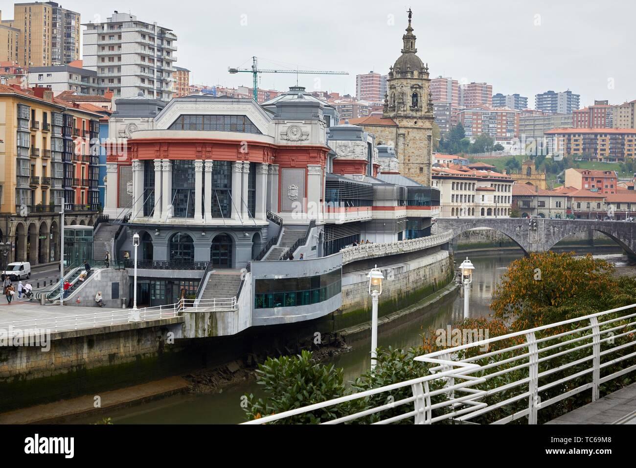 Nervion River, Mercado de la Ribera e Iglesia San Anton, Bilbao, Basque Country, Spain - Stock Image