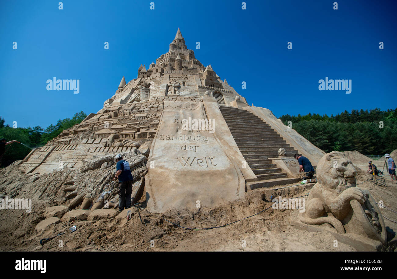 Binz, Germany. 05th June, 2019. Sand artists have written the stroke 'The highest sand castle in the world' at the sand sculpture festival to the new record castle. At 17.5 metres, the sandbuilding is set to set a new world record. The current Guinness record is 16.68 metres and was set in Duisburg in 2017. In the late afternoon the judges of 'Guinness World Records' from London want to measure the sandcastle officially. Credit: Jens Büttner/dpa-Zentralbild/dpa/Alamy Live News - Stock Image