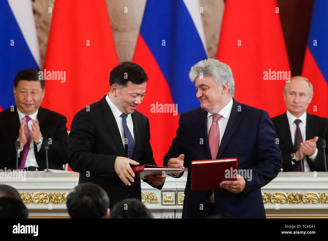 Moscow, Russia. 05th June, 2019. MOSCOW, RUSSIA - JUNE 5, 2019: China Media Group Head Shen Haixiong, SPB TV General Director Kirill Filippov (L-R front), China's President Xi Jinping, Russia's President Vladimir Putin (L-R back) at a ceremony to sign joint documents following Russian-Chinese talks at the Moscow Kremlin. Mikhail Metzel/TASS Credit: ITAR-TASS News Agency/Alamy Live News - Stock Image