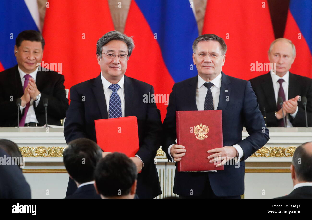 Moscow, Russia. 05th June, 2019. MOSCOW, RUSSIA - JUNE 5, 2019: China National Nuclear Corporation (CNNC) CEO Feng Jianyu, Rosatom State Corporation CEO Alexei Likhachev (L-R front), China's President Xi Jinping, Russia's President Vladimir Putin (L-R back) at a ceremony to sign joint documents following Russian-Chinese talks at the Moscow Kremlin. Mikhail Metzel/TASS Credit: ITAR-TASS News Agency/Alamy Live News - Stock Image