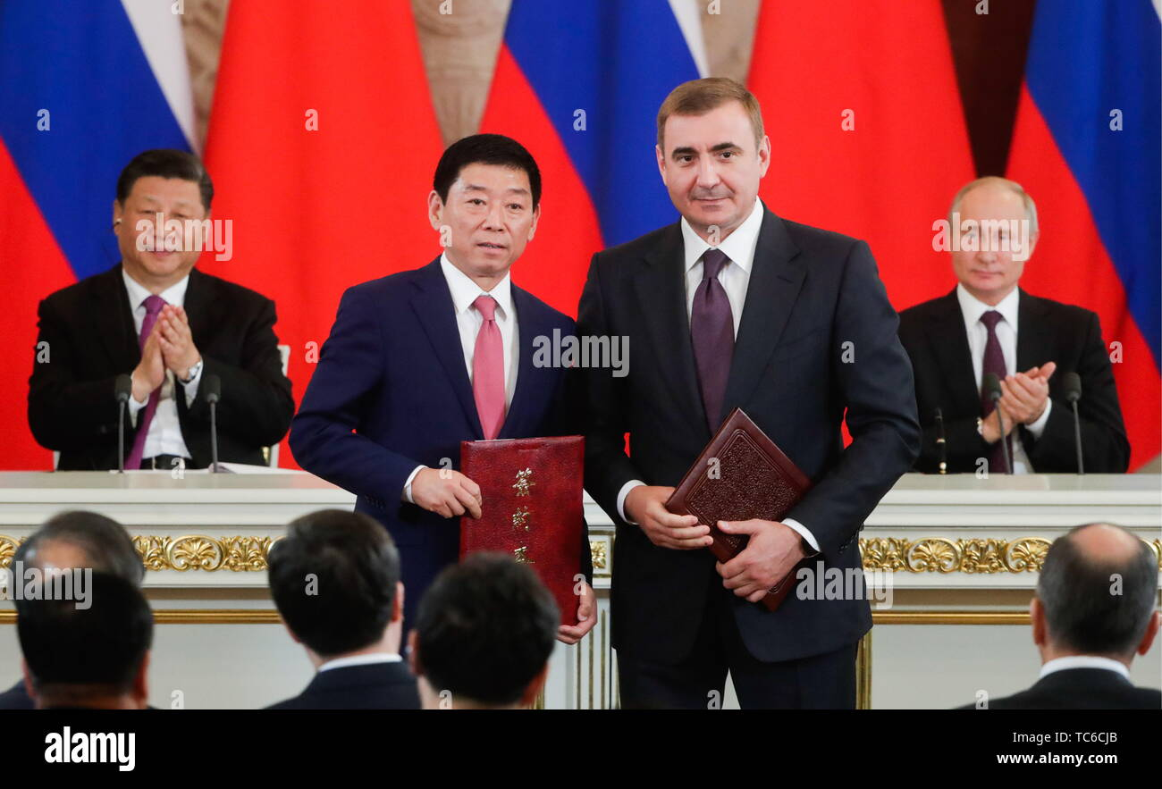 Moscow, Russia. 05th June, 2019. MOSCOW, RUSSIA - JUNE 5, 2019: Great Wall Motor Ltd. CEO Wei Jianjun, Tula Region Governor Alexei Dyumin (L-R front), China's President Xi Jinping, Russia's President Vladimir Putin (L-R back) at a ceremony to sign joint documents following Russian-Chinese talks at the Moscow Kremlin. Mikhail Metzel/TASS Credit: ITAR-TASS News Agency/Alamy Live News - Stock Image