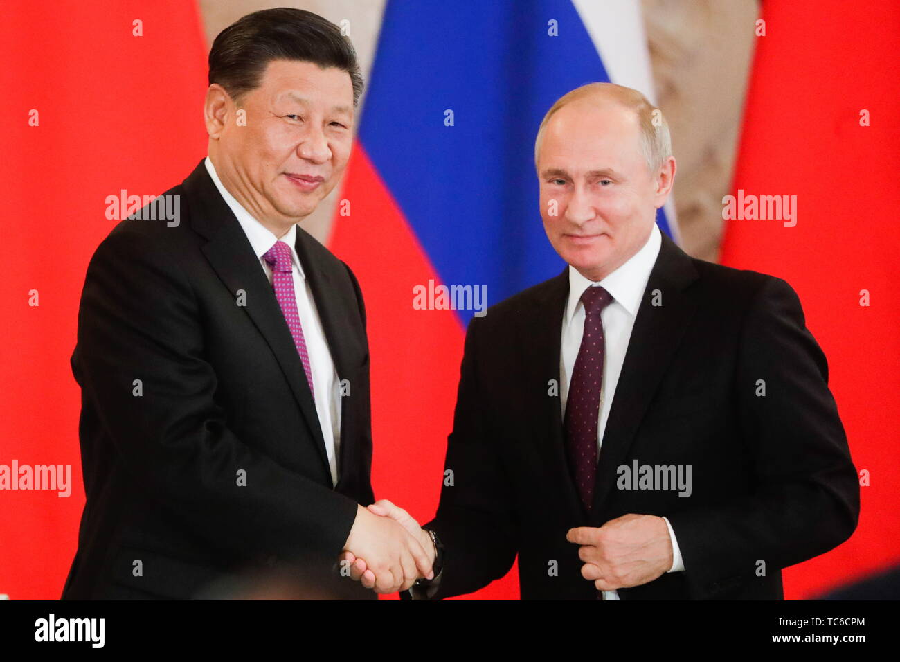 Moscow, Russia. 05th June, 2019. MOSCOW, RUSSIA - JUNE 5, 2019: China's President Xi Jinping (L) and Russia's President Vladimir Putin shake hands at a ceremony to sign joint documents following Russian-Chinese talks at the Moscow Kremlin. Mikhail Metzel/TASS Credit: ITAR-TASS News Agency/Alamy Live News - Stock Image