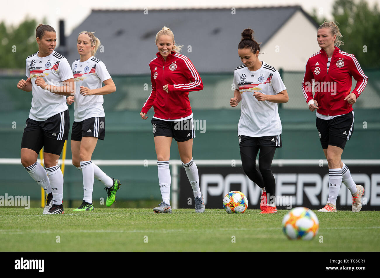 05 June 2019, France (France), Pont-Péan: Lena Oberdorf (l-r), Kathrin Hendrich, Turid Knaak, Lina Magull and Alexandra Popp warm up during a training session of the German women's national football team before the 2019 FIFA World Cup in France. The first match of the German team will take place on June 8 against China in Rennes. Photo: Sebastian Gollnow/dpa - Stock Image