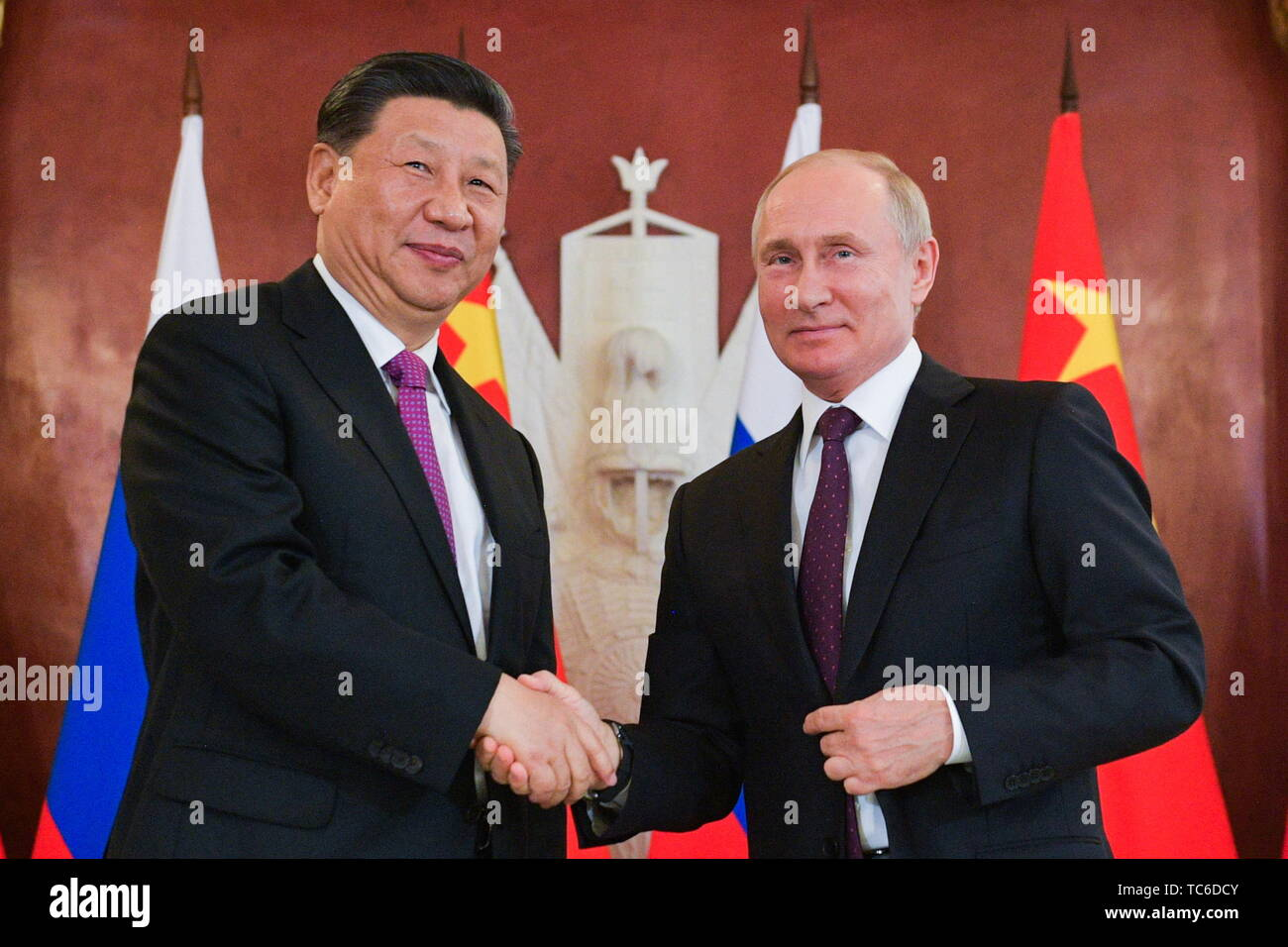 Moscow, Russia. 05th June, 2019. MOSCOW, RUSSIA - JUNE 5, 2019: China's President Xi Jinping (L) and Russia's President Vladimir Putin shake hands after a statement for the press following Russian-Chinese talks at the Moscow Kremlin. Alexei Druzhinin/Russian Presidential Press and Information Office/TASS Credit: ITAR-TASS News Agency/Alamy Live News - Stock Image