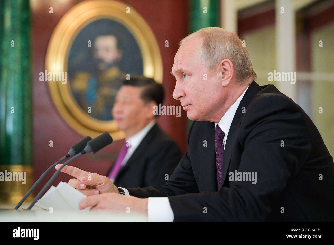 Moscow, Russia. 05th June, 2019. MOSCOW, RUSSIA - JUNE 5, 2019: Russia's President Vladimir Putin (R) and China's President Xi Jinping make a statement for the press following Russian-Chinese talks at the Moscow Kremlin. Alexei Druzhinin/Russian Presidential Press and Information Office/TASS Credit: ITAR-TASS News Agency/Alamy Live News - Stock Image