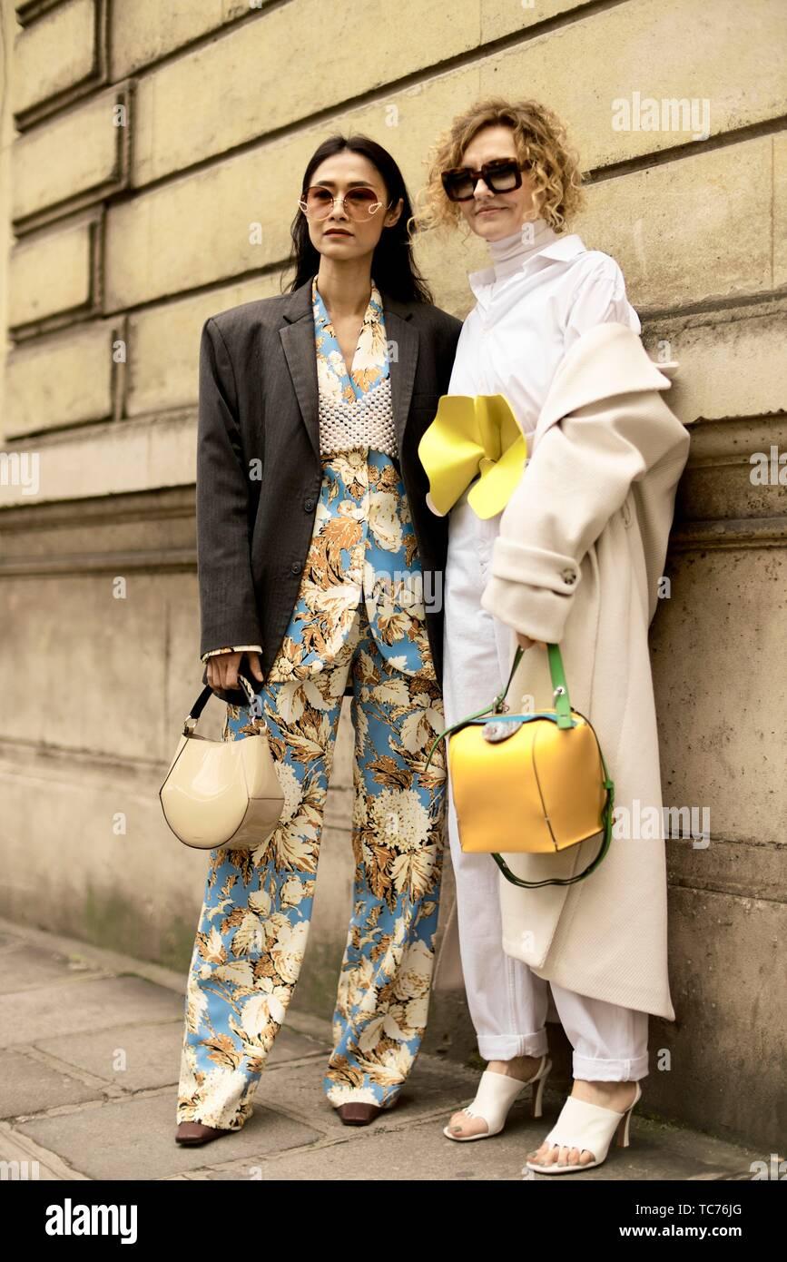 Street Style Paris Fashion Week Womenswear Fall Winter 2019 2020 Guests Wearing Trend Handbags Seen Outside Elie Saab Day Six March 2 2019 Stock Photo Alamy