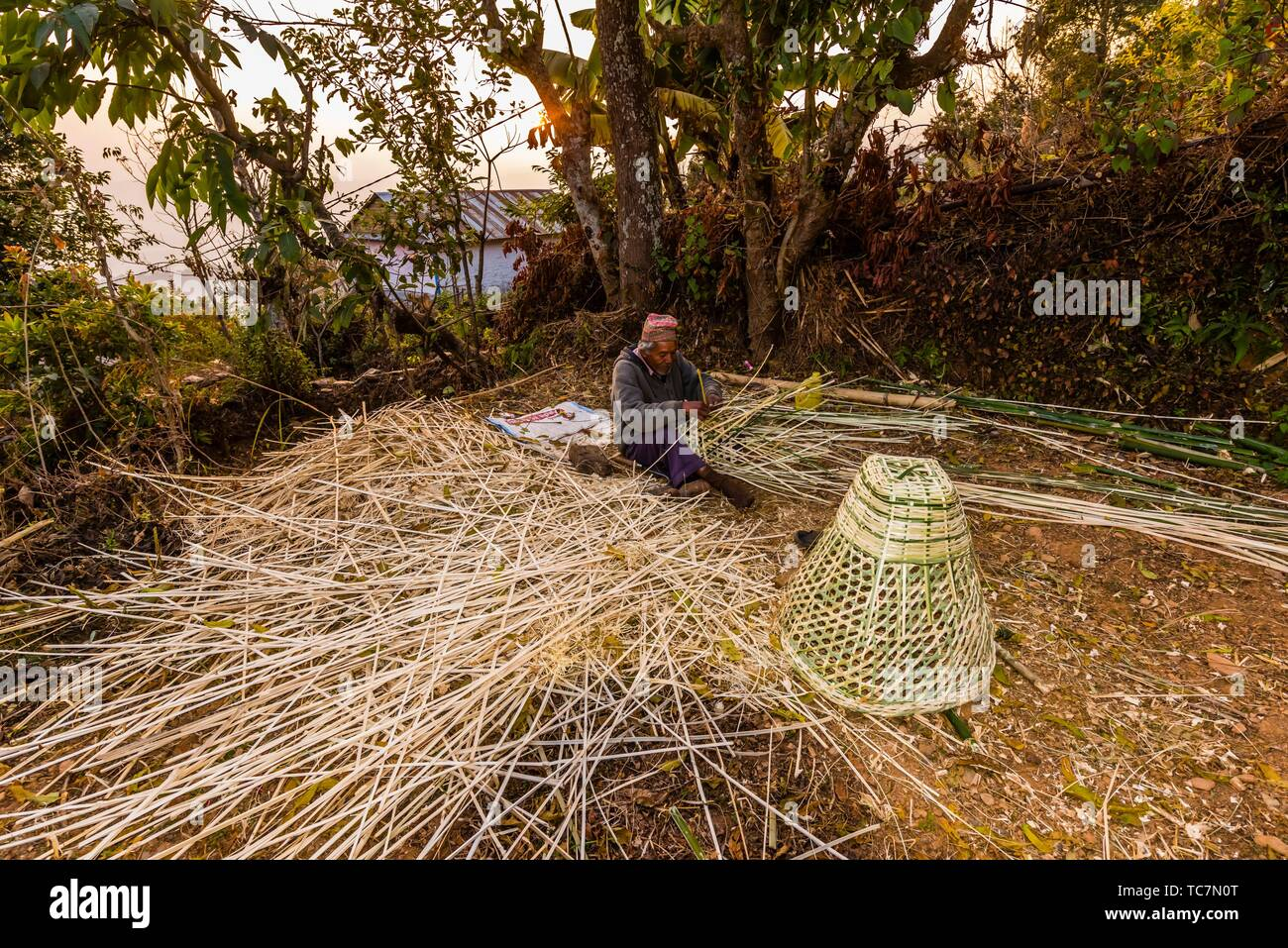 Man weaving bamboo baskets, Lekhnath, Kathmandu Valley, Nepal. - Stock Image