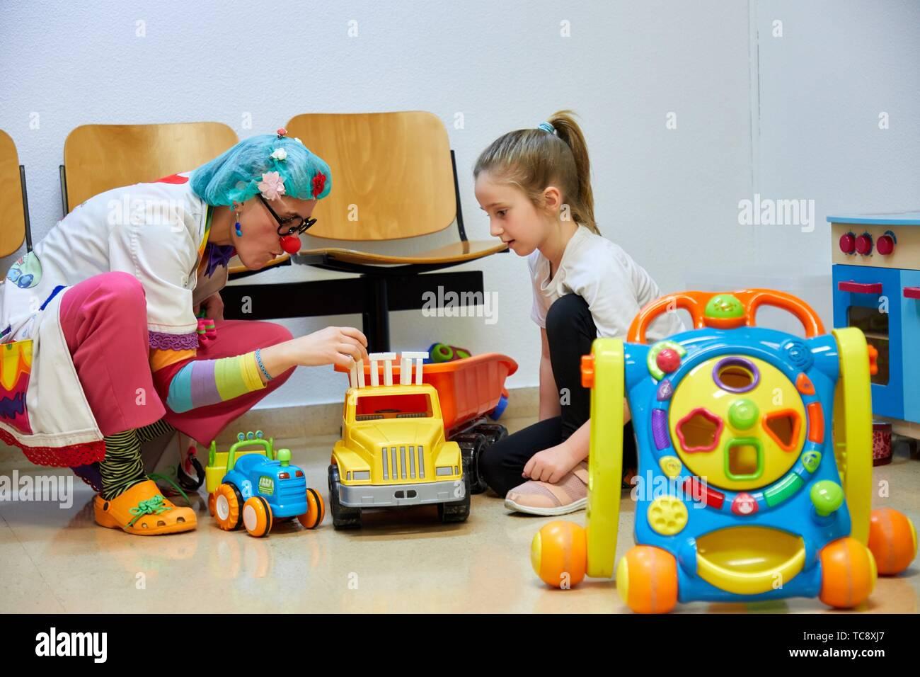 Clown playing with a girl, Plant for hospitalization of children, Pediatrics, Medical care, Hospital Donostia, San Sebastian, Gipuzkoa, Basque - Stock Image