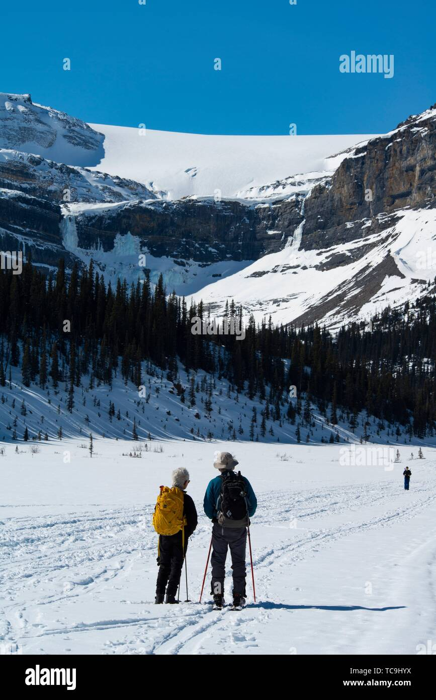 People on Bow Lake in the winter, in Banff National Park, Alberta, Canada. - Stock Image