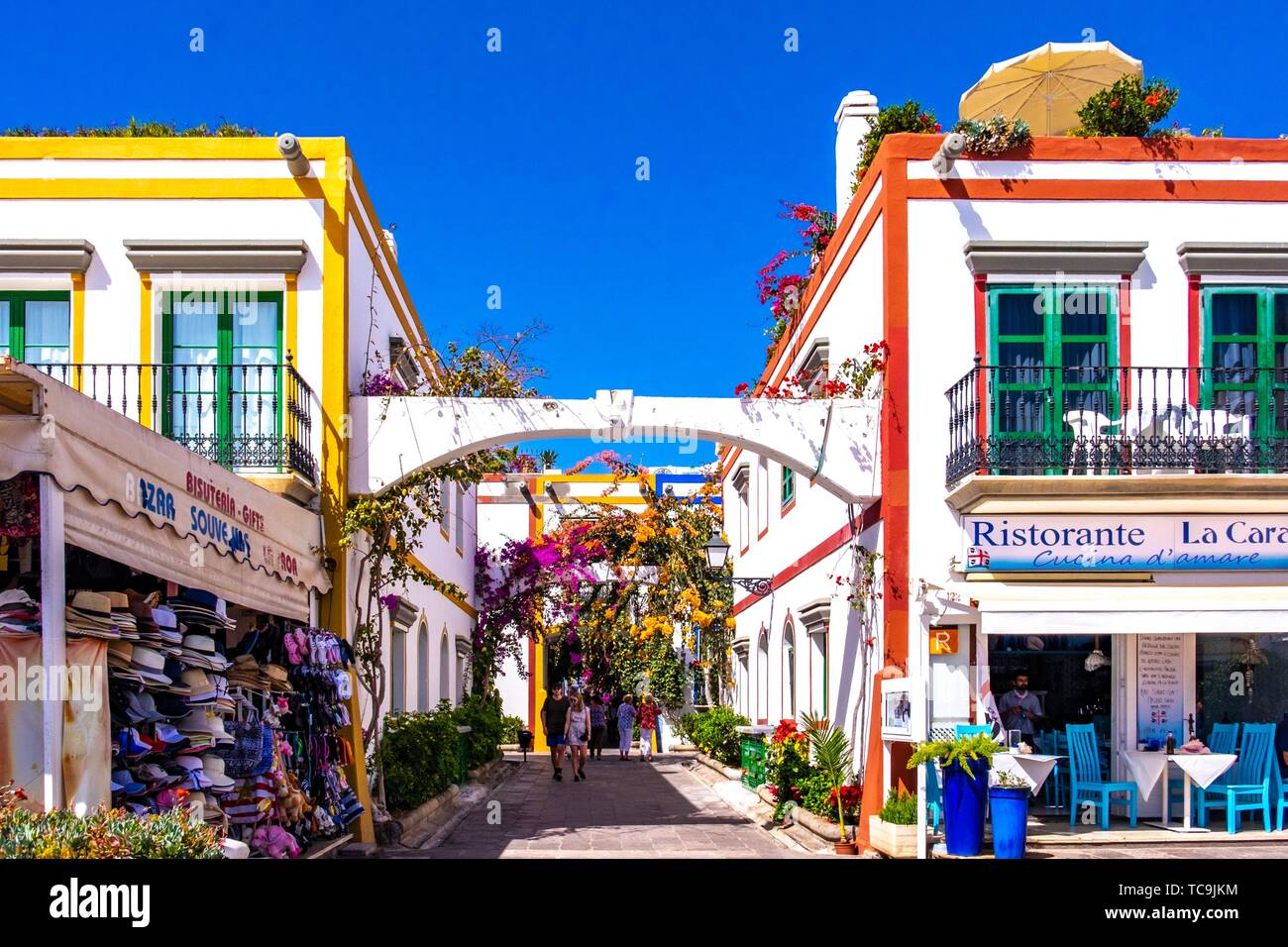 White houses with blooming Baougainvillea in the 'Little Venice' area of Mogan, Gran Canaria, Canary Islands. Stock Photo