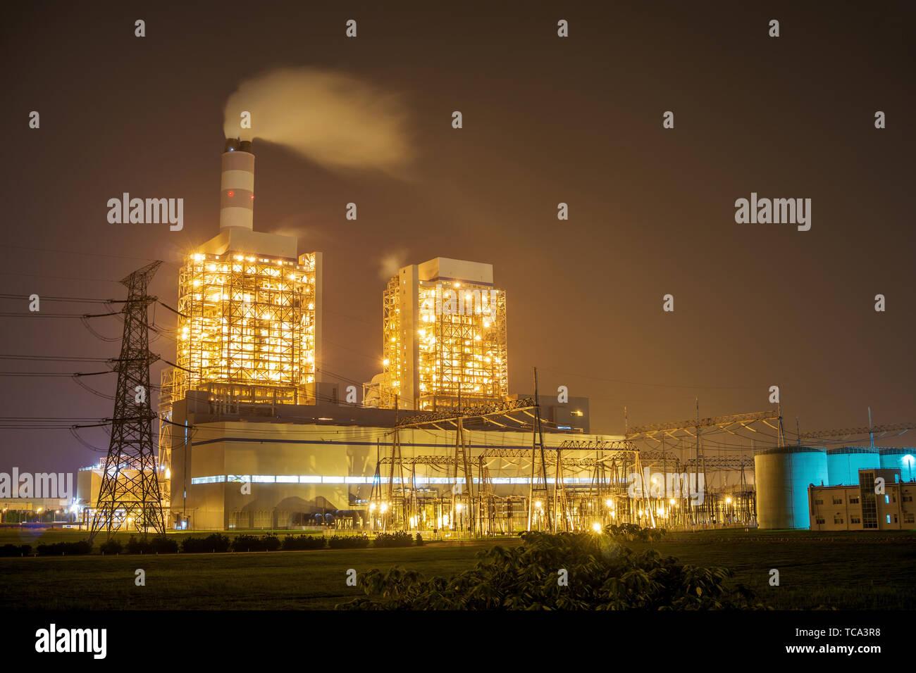 powerplant at night in yellow light - Stock Image