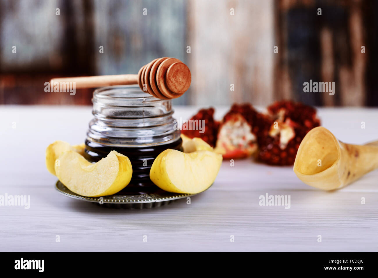 Honey jar with apples Rosh Hashana hebrew religious holiday shofar, honey and pomegranate - Stock Image