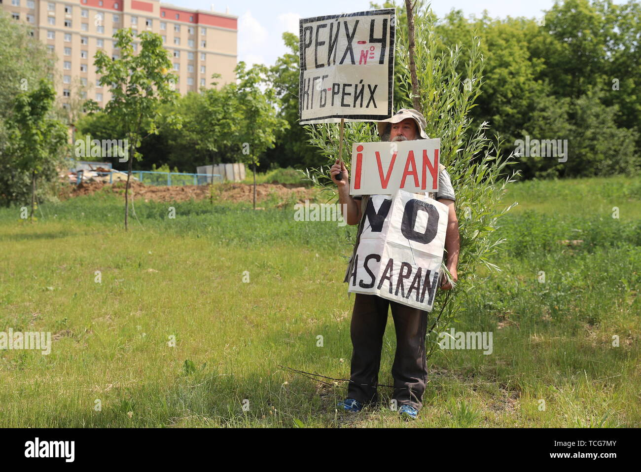 Moscow, Russia. 08th June, 2019. MOSCOW, RUSSIA - JUNE 8, 2019: A protester holds signs with messages reading 'Ivan, No Pasaran' and 'KGB Reich' outside Moscow's Nikulinsky District Court where an arrest warrant hearing is to be held for journalist Ivan Golunov; Golunov, who works for the online news portal Meduza, was detained on 6 June 2019 in central Moscow on suspicion of drug dealing. Sergei Savostyanov/TASS Credit: ITAR-TASS News Agency/Alamy Live News - Stock Image
