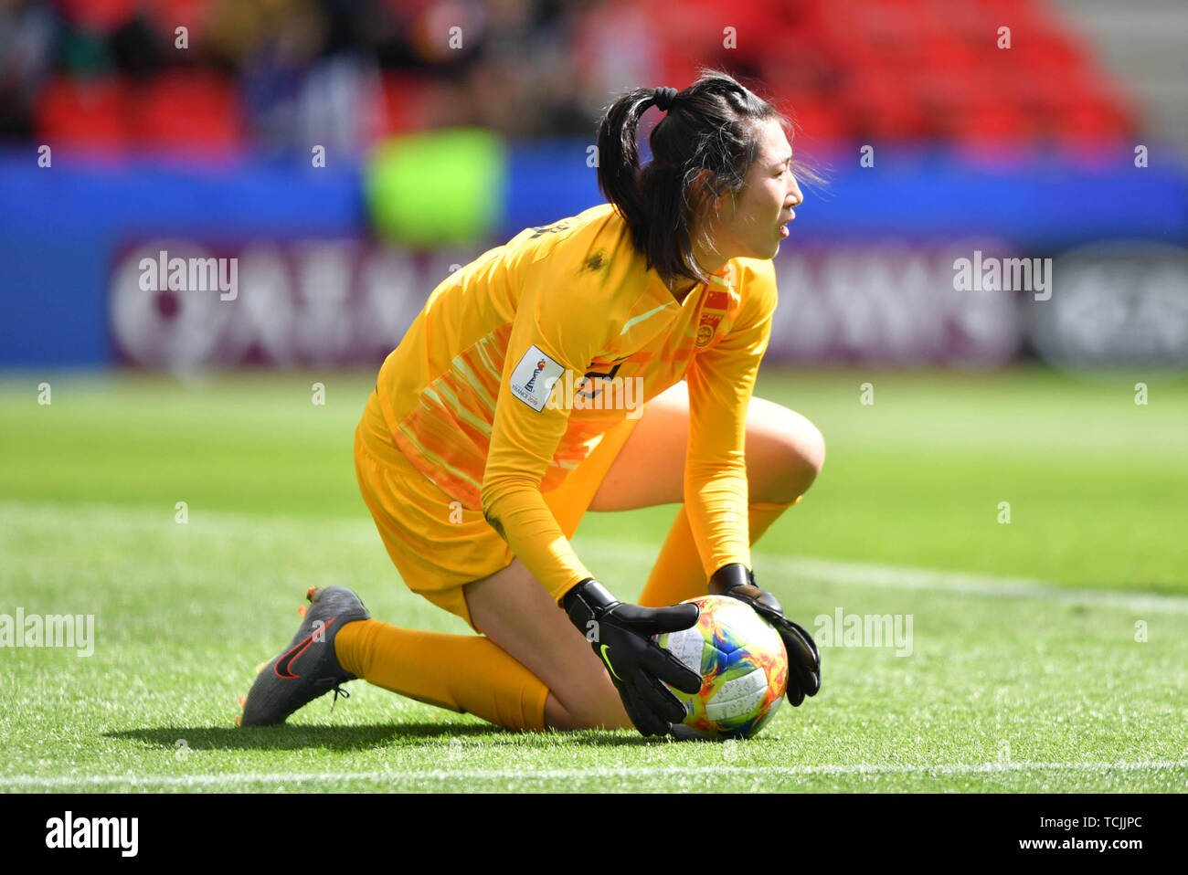8 june 2019 Rennes, France Soccer Women World Championships Germany v China  Shimeng Peng (Torwart, China PR) (12) holds the Ball to the Ground - Stock Image