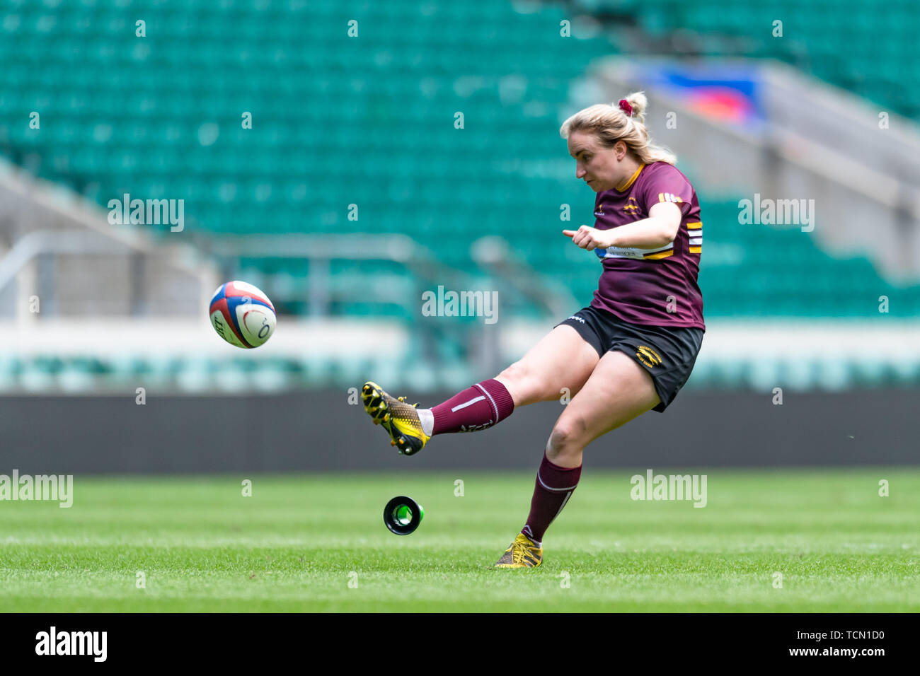 London, UK. 08th, Jun 2019. Jenny Renton of Leicestershire Ladies takes a conversion kick during Gill Burns County Championship Division 2 Final: Leicestershire v Buckinghamshire at Twickenham Stadium on Saturday, 08 June 2019. LONDON England .  (Editorial use only, license required for commercial use. No use in betting, games or a single club/league/player publications.) Credit: Taka G Wu/Alamy Live News - Stock Image