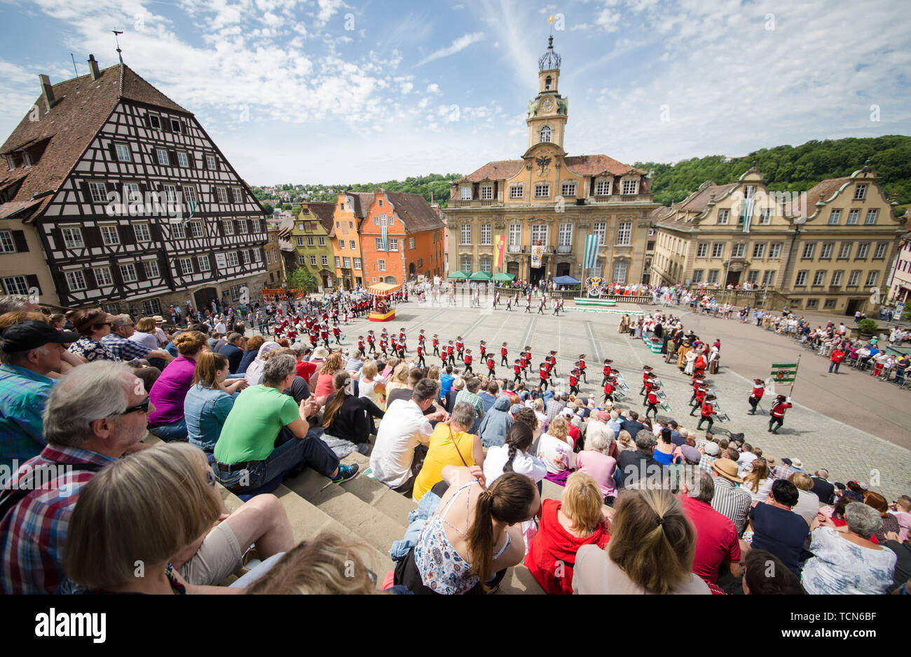 Baden-Wuerttemberg, Germany. 09th June 2019. 09 June 2019, Baden-Wuerttemberg, Schwäbisch Hall: Numerous visitors watch the cake and fountain festival on the market square. The festival with more than 500 actors and helpers offers a mixture of medieval customs and music. Photo: Christoph Schmidt/dpa Credit: dpa picture alliance/Alamy Live News - Stock Image