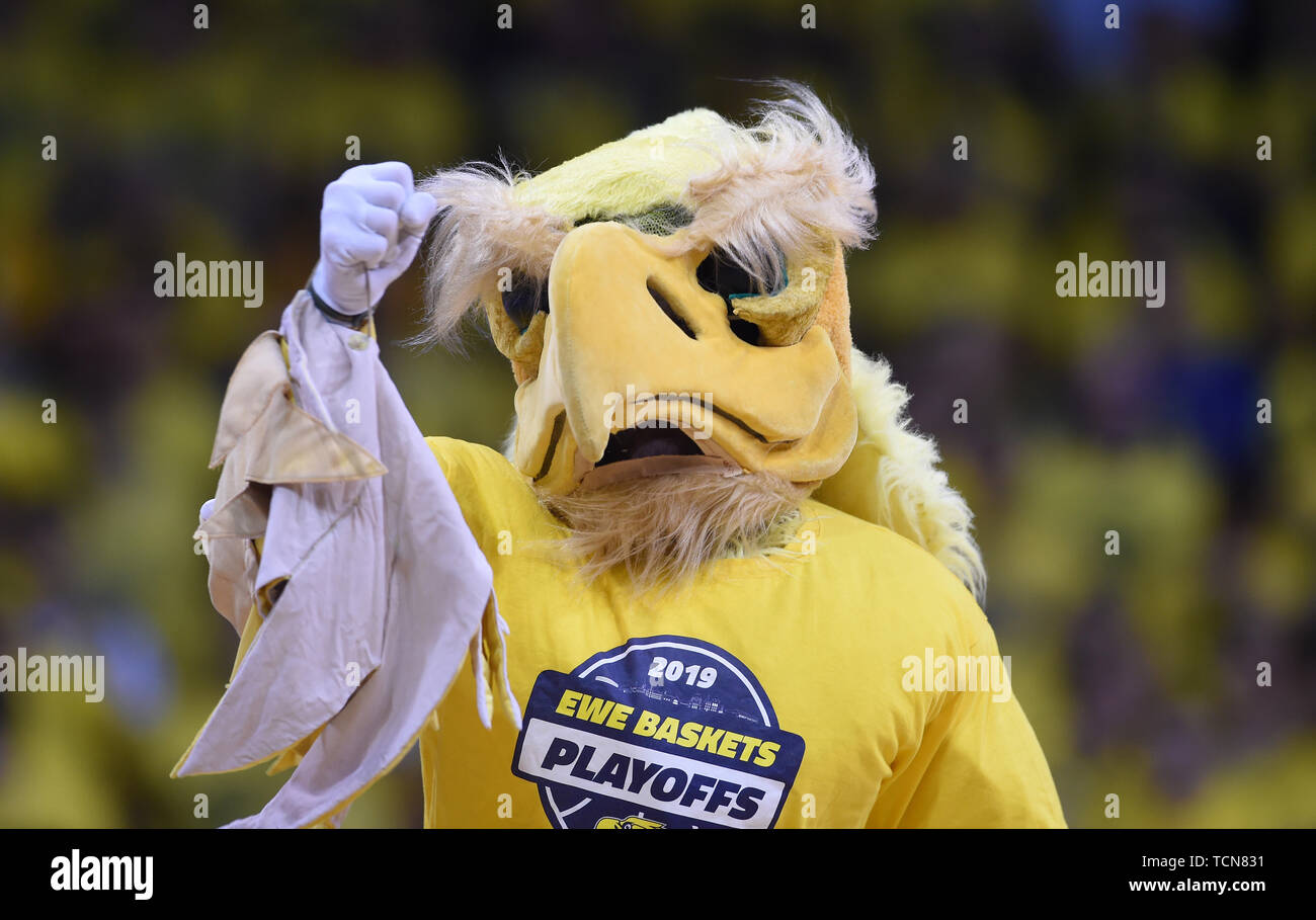 Oldenburg, Germany. 09th June, 2019. Basketball: Bundesliga, EWE Baskets Oldenburg - ALBA Berlin, championship round, semi-final, 3rd matchday. Oldenburg's mascot 'Hubird' cheers on the fans. Credit: Carmen Jaspersen/dpa/Alamy Live News - Stock Image