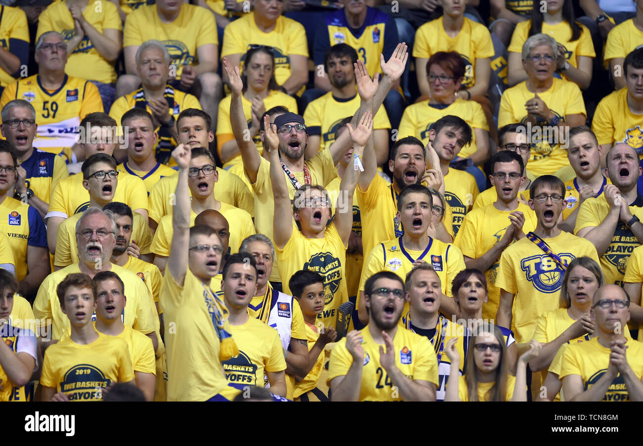 Oldenburg, Germany. 09th June, 2019. Basketball: Bundesliga, EWE Baskets Oldenburg - ALBA Berlin, championship round, semi-final, 3rd matchday. Oldenburg's fans are cheering their team on. Credit: Carmen Jaspersen/dpa/Alamy Live News - Stock Image