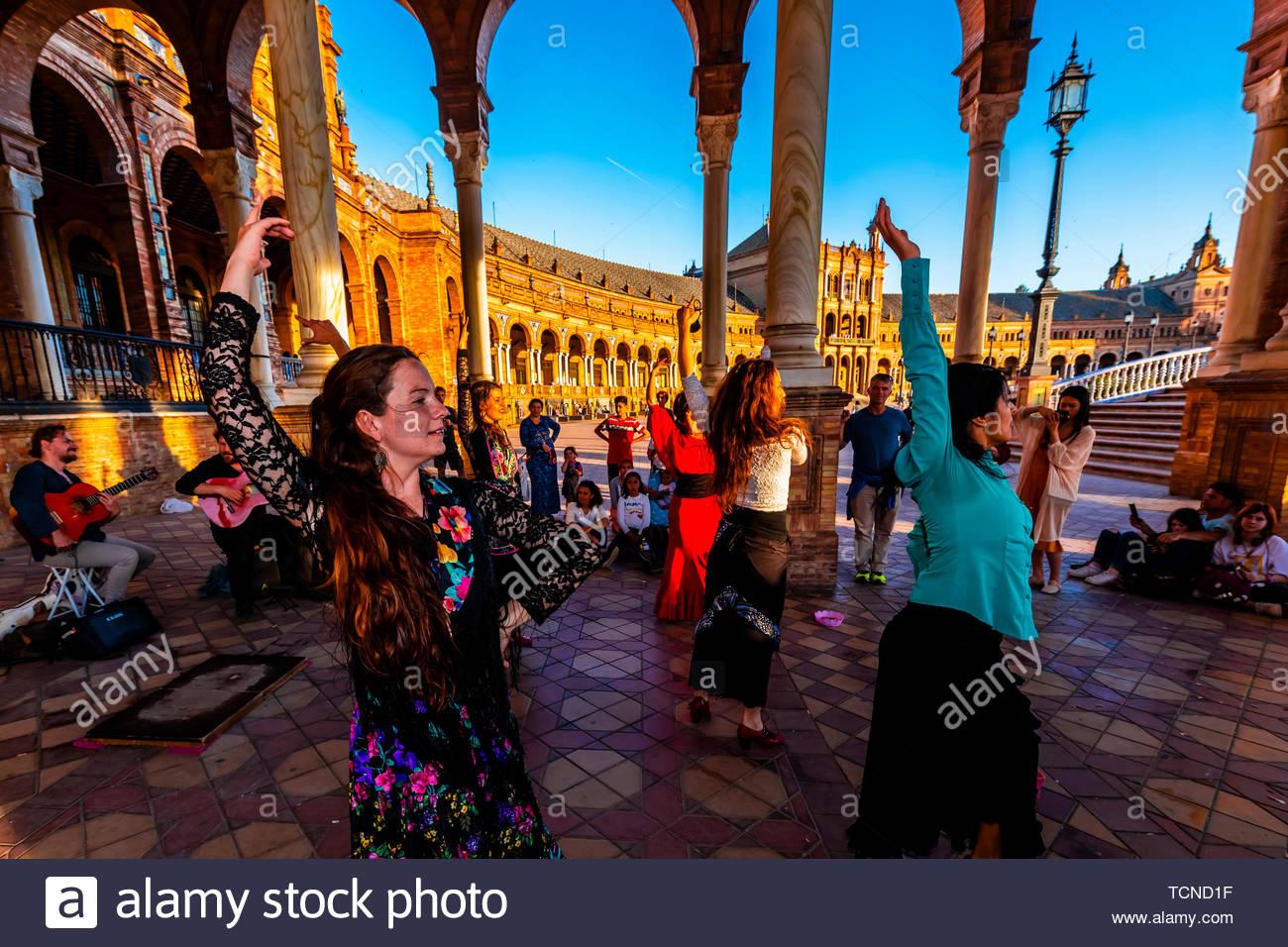 Flamenco dancing, Plaza de Espana, Parque Maria Luisa, Seville, Andalusia, Spain. - Stock Image