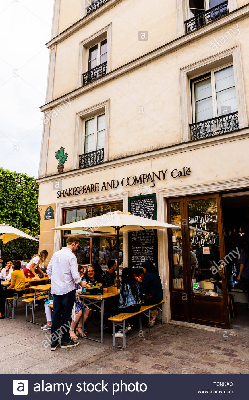 Shakespeare & Company, an American bookstore and cafe on the Left Bank, Paris, France. - Stock Image