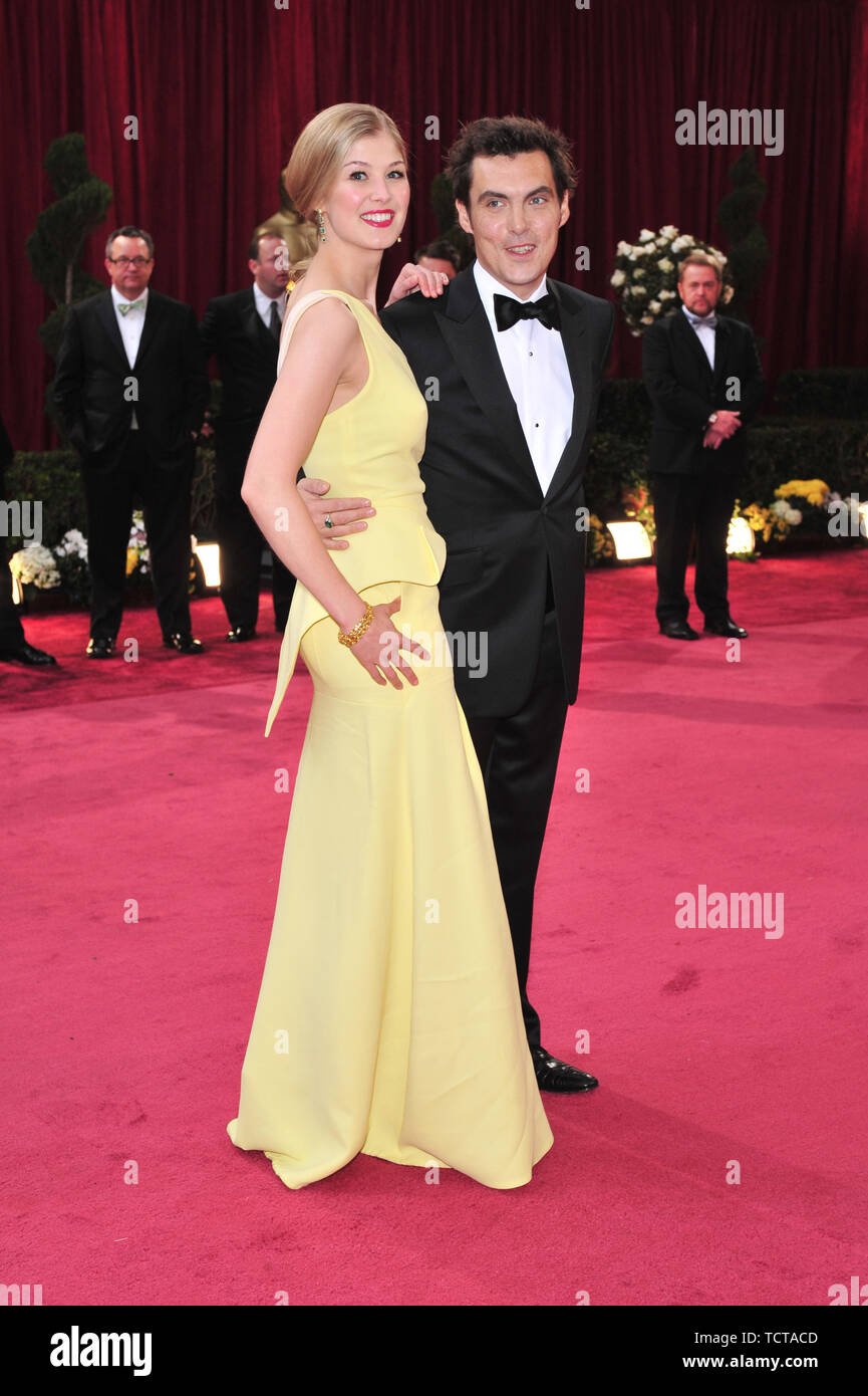 LOS ANGELES, CA. February 24, 2008: Rosamund Pike & Joe Wright at the 80th Annual Academy Awards at the Kodak Theatre, Hollywood, CA. © 2008 Paul Smith / Featureflash - Stock Image