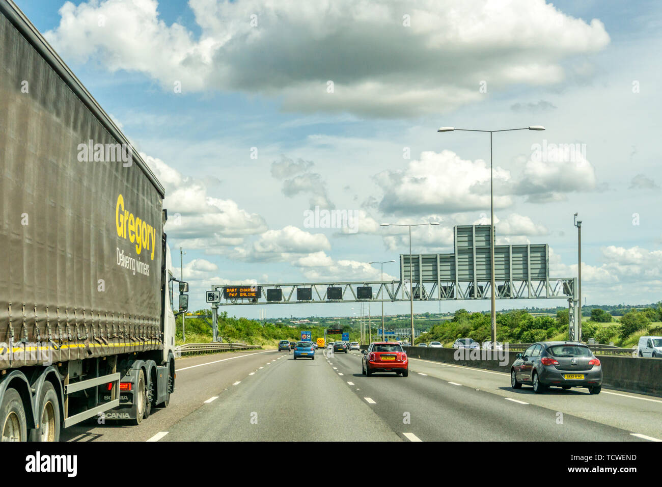 M25 London Orbital road between J3 and J2 in Kent approaching the Dartford Tunnel from south. With gantry sign reminding drivers to pay Dart Charge. - Stock Image