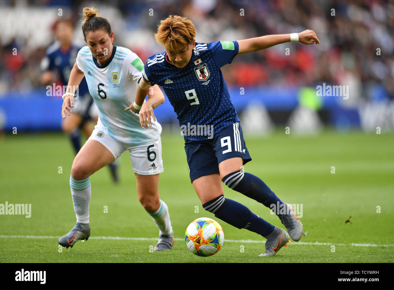 10 june 2019 Paris, France Soccer Women's World Cup France 2019: Argentina v Japan   Aldana Cometti (Argentinien) (6) in Challenge with Yuika Sugasawa - Stock Image